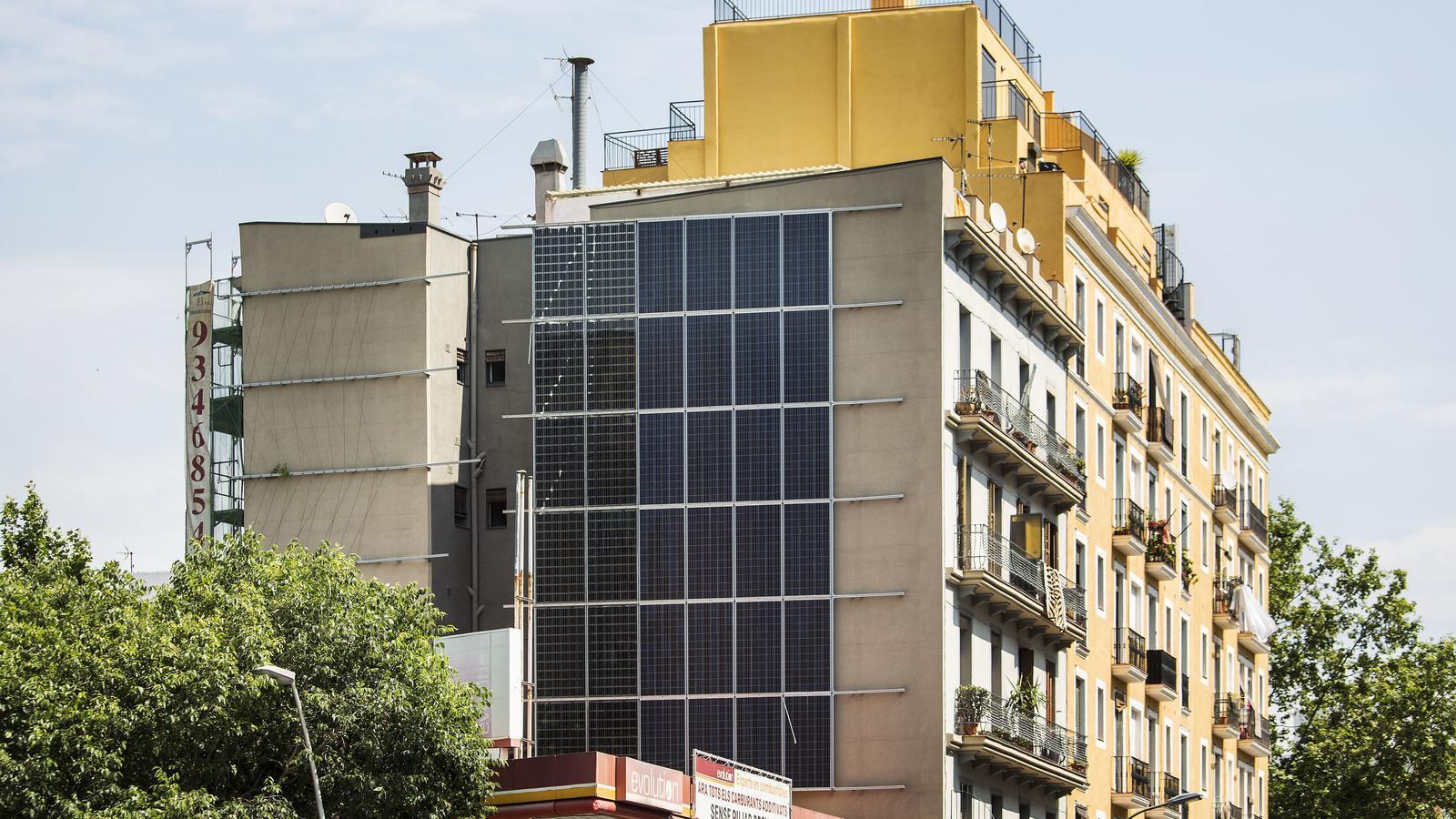 Una de les deu plaques instal·lades en parets mitgeres a Barcelona, aquesta al número 81 del carrer Pere IV