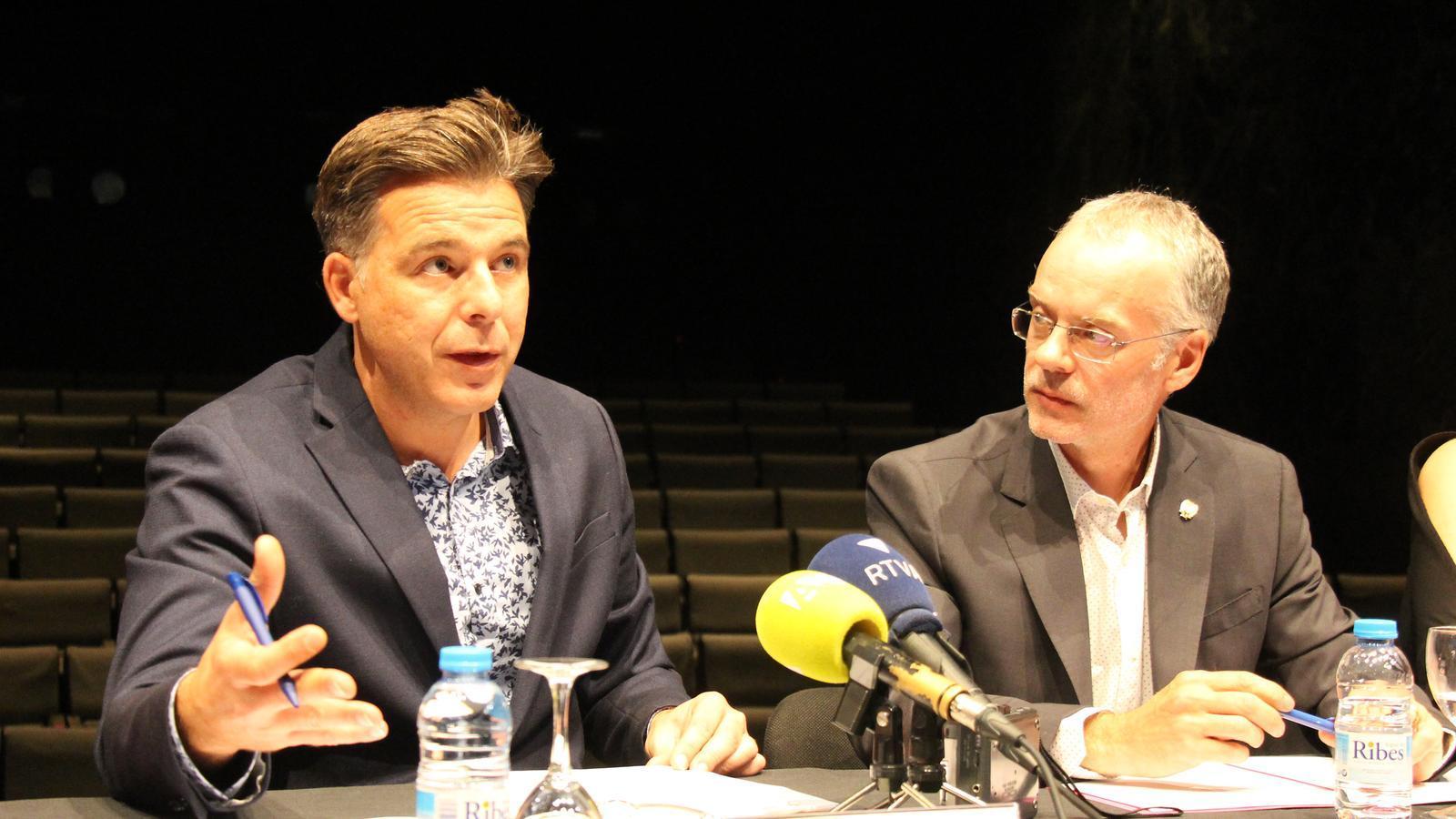 El cònsol menor d'Andorra la Vella, Marc Pons, i el conseller de Cultura del comú de Sant Julià, Josep Roig, presenten la 53a Temporada de teatre. / C.G. (ANA)