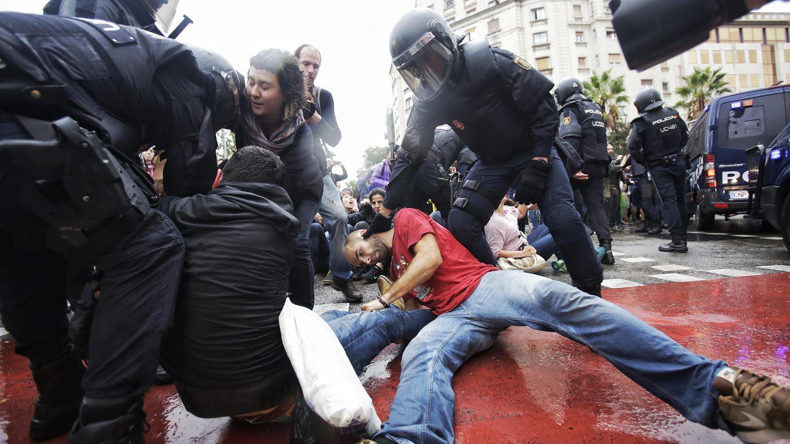 Gent concentrada davant l'escola Ramon Llull ha estat reduïda per la policia a l'oferir resistència pacífica