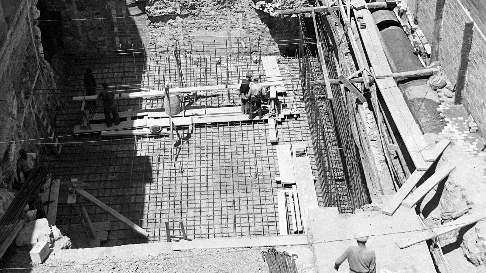 Una fotografia de l'hivern del 1937 quan els obrers van construir el refugi antiaeri