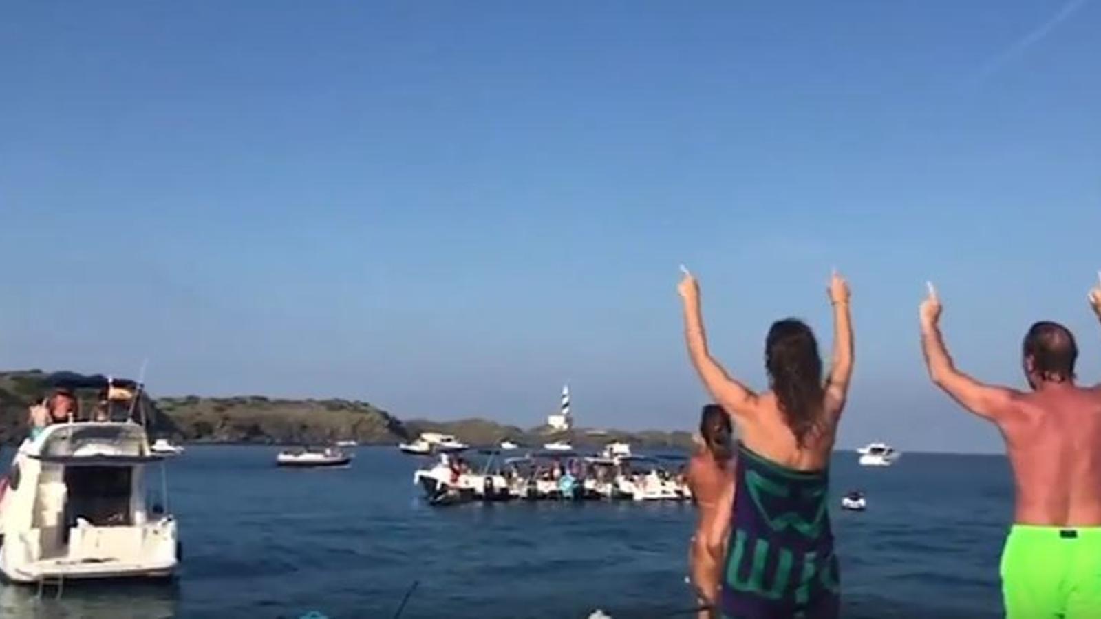 Escridassen Artur Mas mentre navegava a Menorca