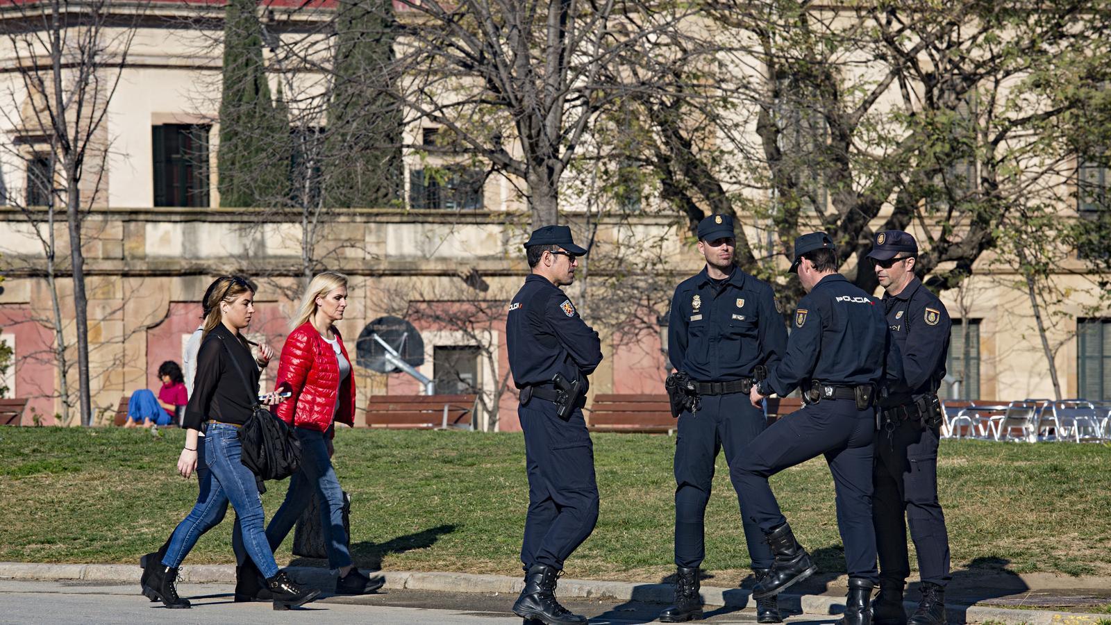 Agents de la Policia Nacional vigilant el Parlament / Francesc Melcion