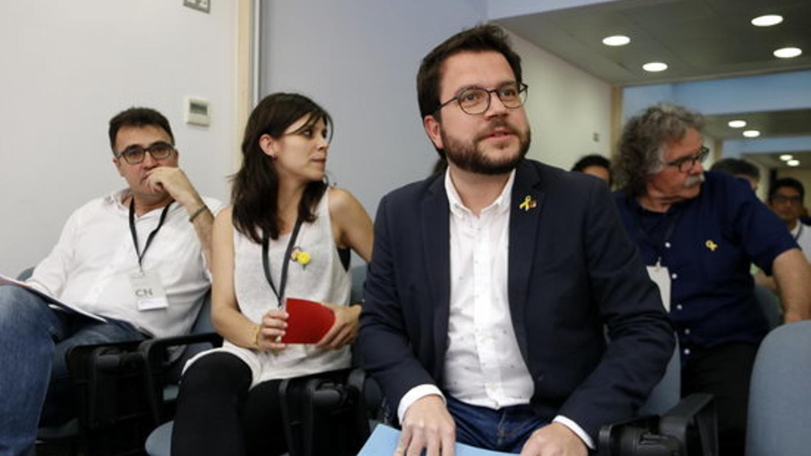L'adjunt a la presidència d'ERC i vicepresident del Govern, Pere Aragonès, amb Lluís Salvadó i Marta Vilalta, al Consell Nacional d'ERC