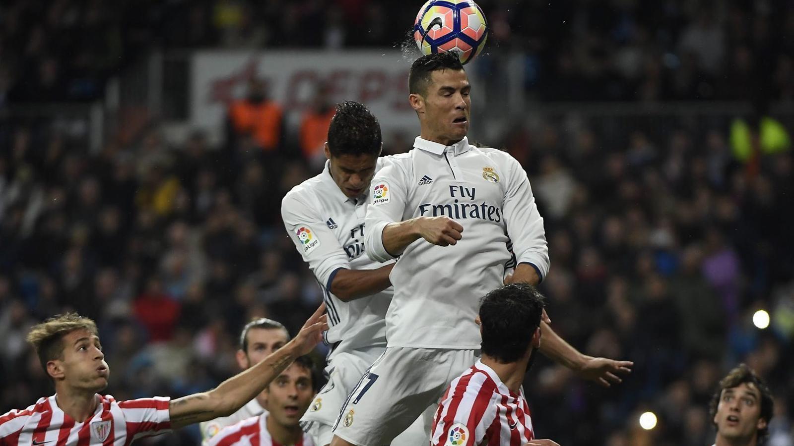 Cristiano intentant rematar al costat de Varane.