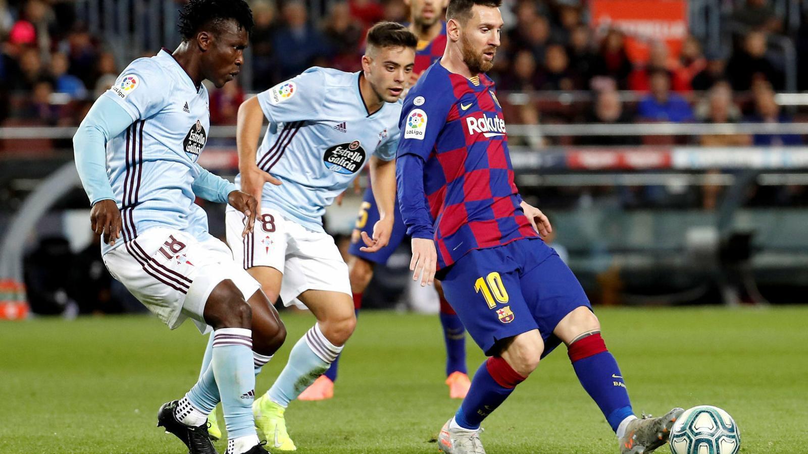 Leo Messi jugant una pilota davant dels jugadors del Celta Aidoo i Denis Suárez. L'argentí va anotar un hat trick decisiu.