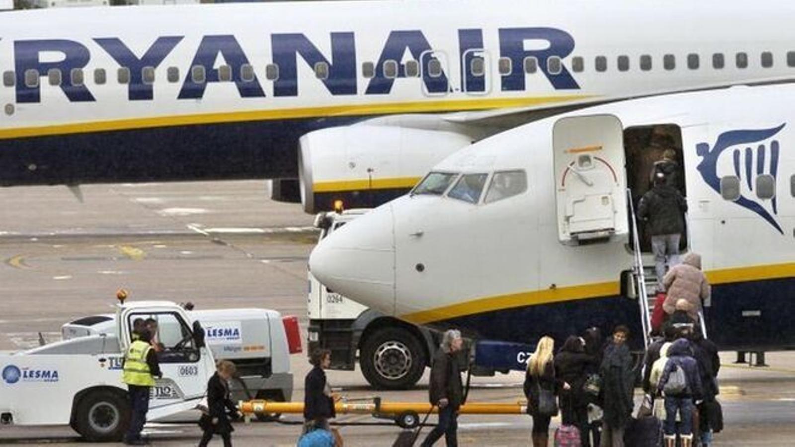 Passatgers entrant a un avió a l'aeroport de Palma.