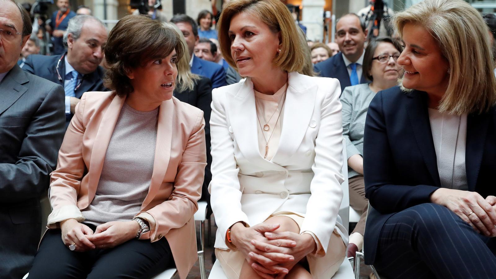 Soraya Sánz de Santamaría i María Dolores de Cospedal  el 21 de maig, durant la presa de possessió d'Ángel Garrido com a president de la Coimunitat de Madrid