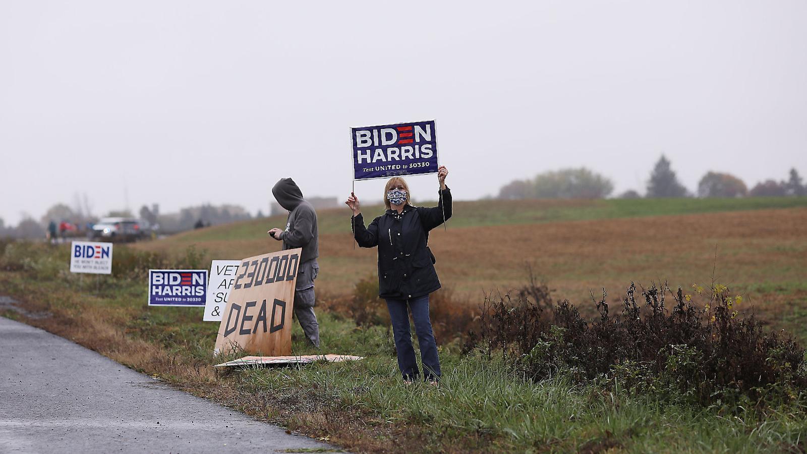 1. Partidaris de Joe Biden i Kamala Harris fent campanya al costat d'una carretera a la població d'Allentown, Pennsilvània.   2. Votants de Trump ensenyant les seves banderes després de participar en una caravana de cotxes en suport al president a Easton, Pennsilvània.