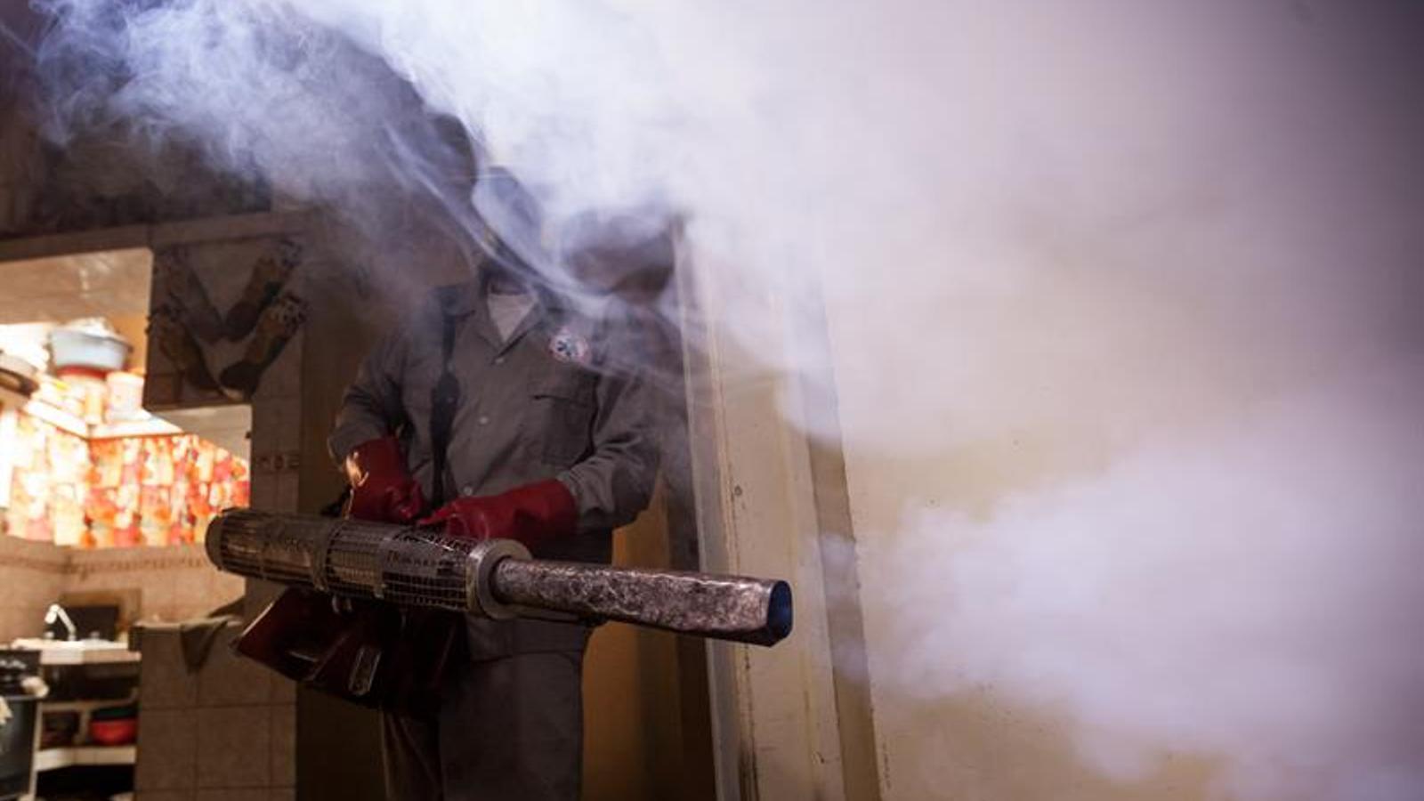 Un treballador municipal de Caracas fumiga un local per evitar la propagació del zika. MIGUEL GUTIÉRREZ / EFE