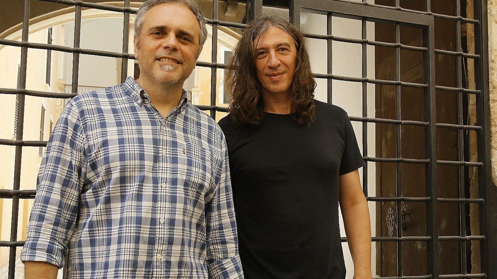 Josep Thió i Gerard Quintana aquest dimecres, enfront del Museu de la Jugueta, a la trobada de premsa de presentació del concert que faran a Porreres per commemorar els seus 30 anys dalt dels escenaris.
