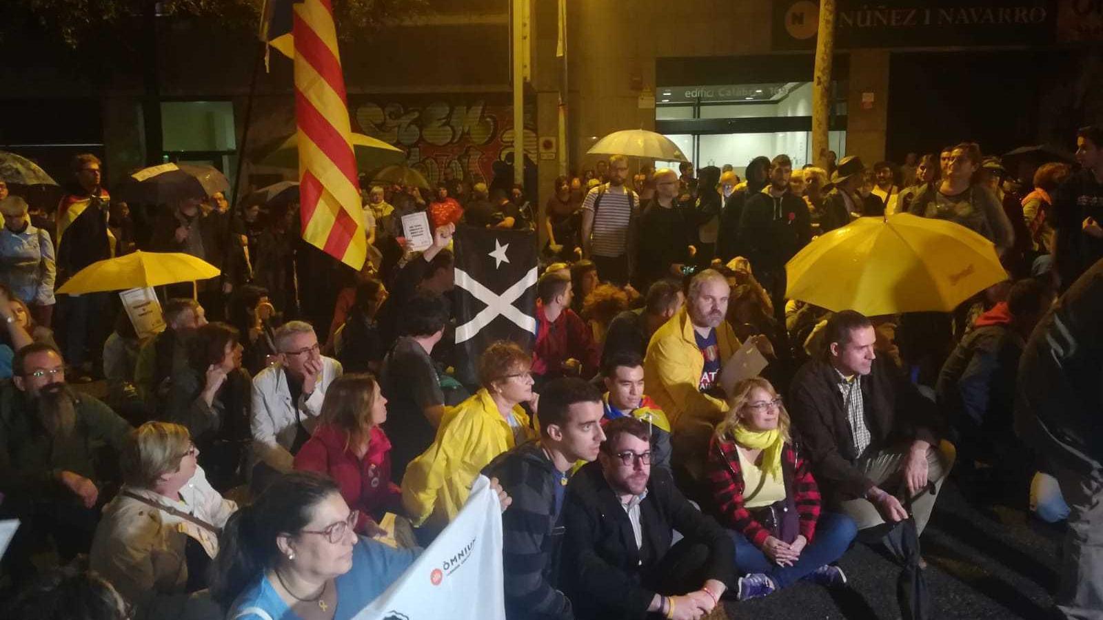 Mnifestants davant de la seu d'ERC al carrer Calàbria de Barcelona