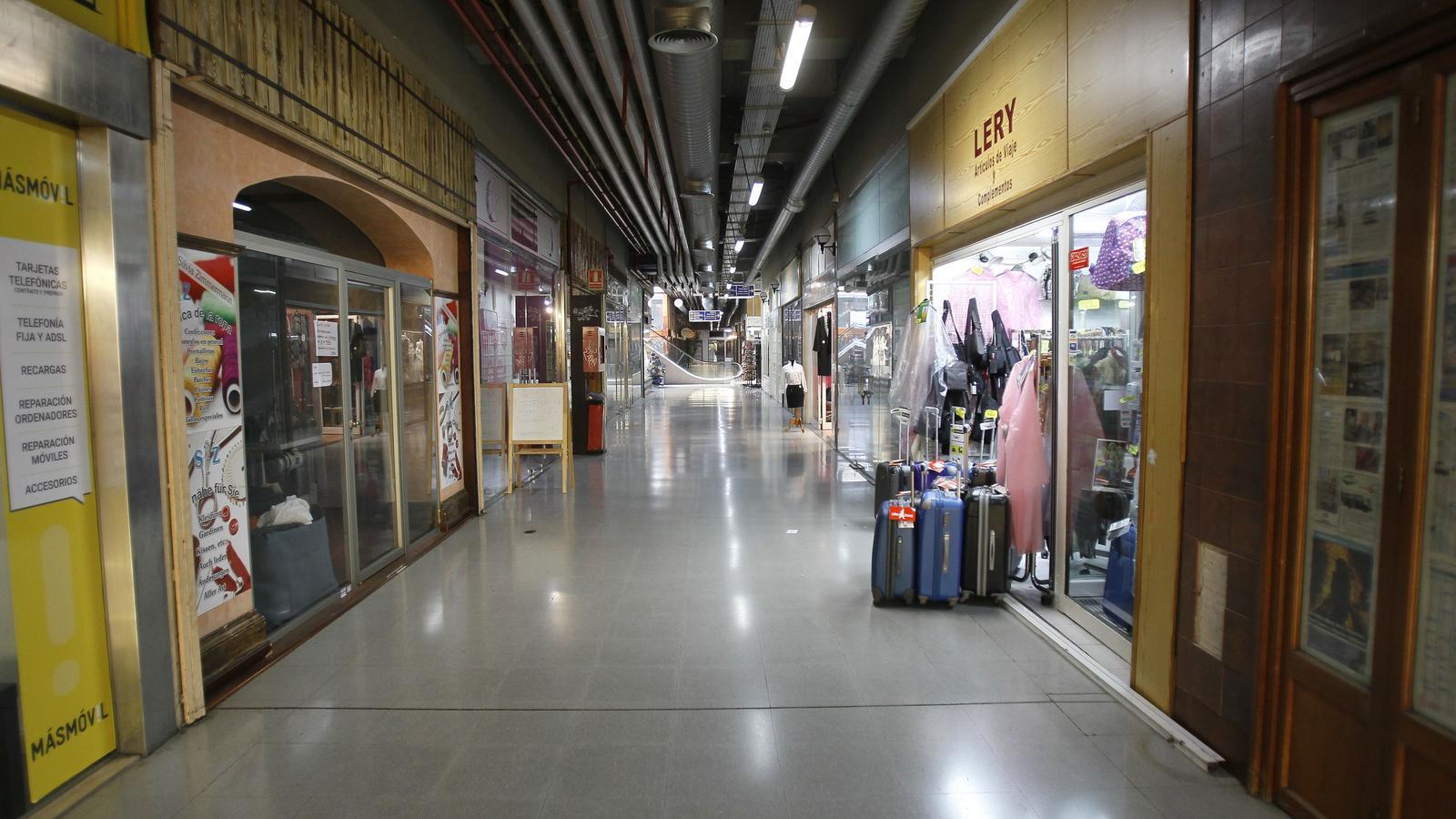 Les galeries comercials de la plaça Major en plena decadència.