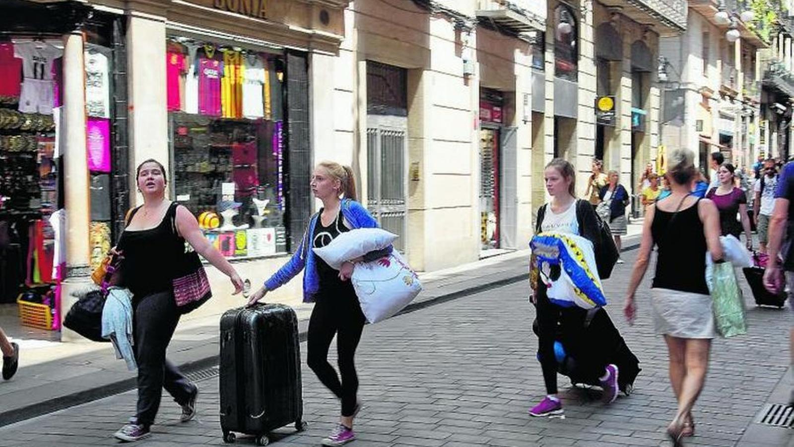 Turistes amb les maletes al centre de Palma. / I. BUJ