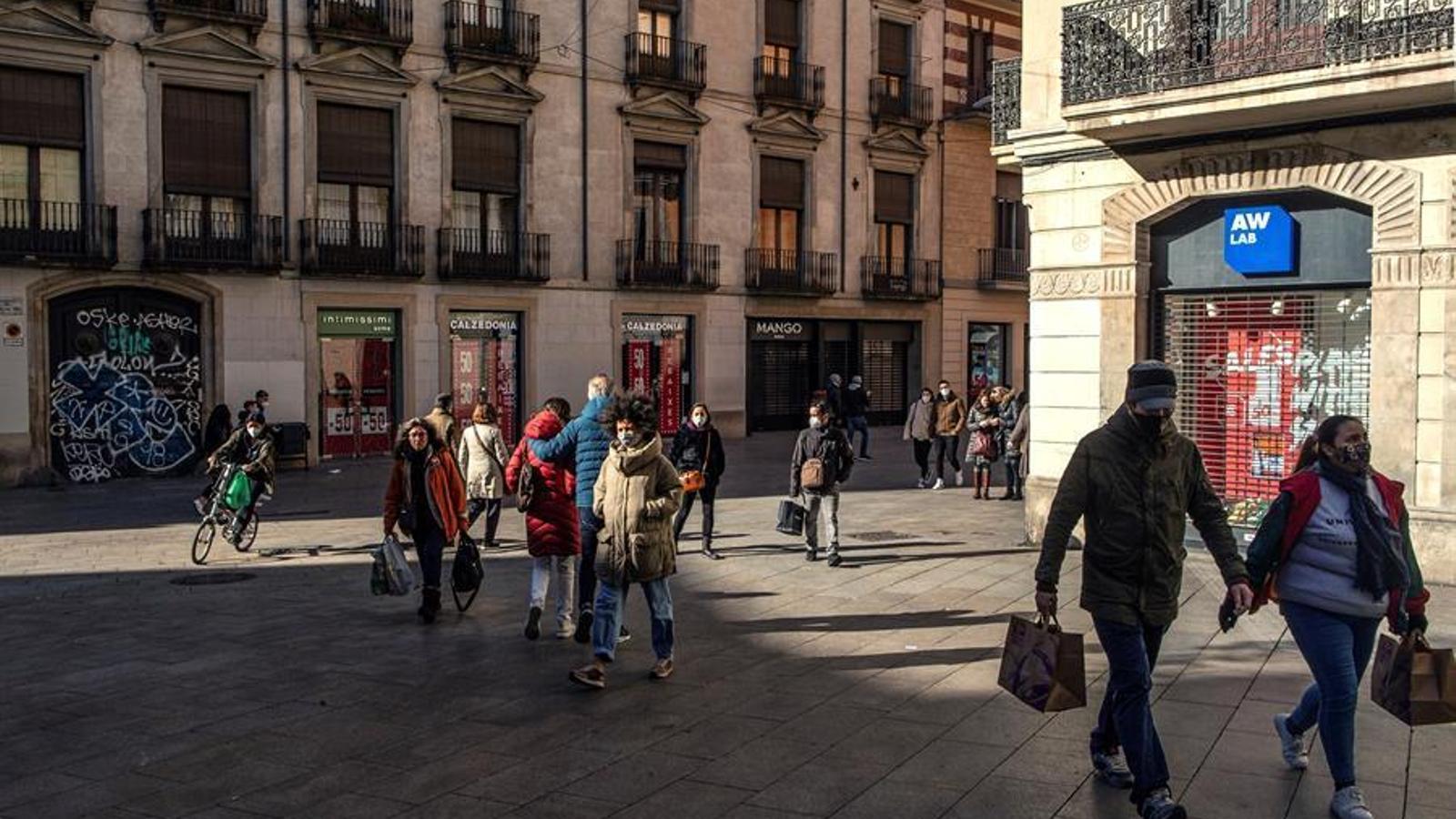Diverses persones passejant pel centre de Barcelona