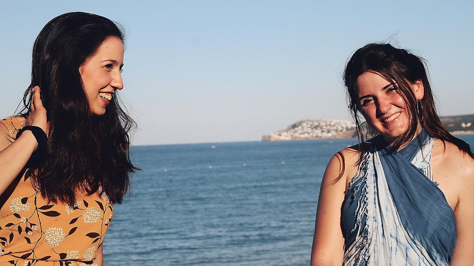 La cantant Gemma Humet amb la seva cosina Marta Figueras un estiu al costat de la platja.