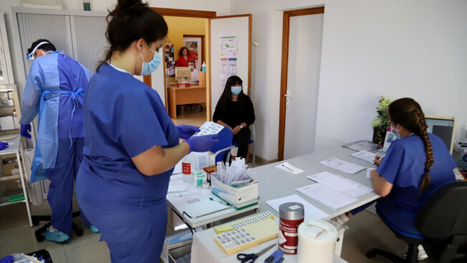 Proves de coronavirus en un centre de salut.