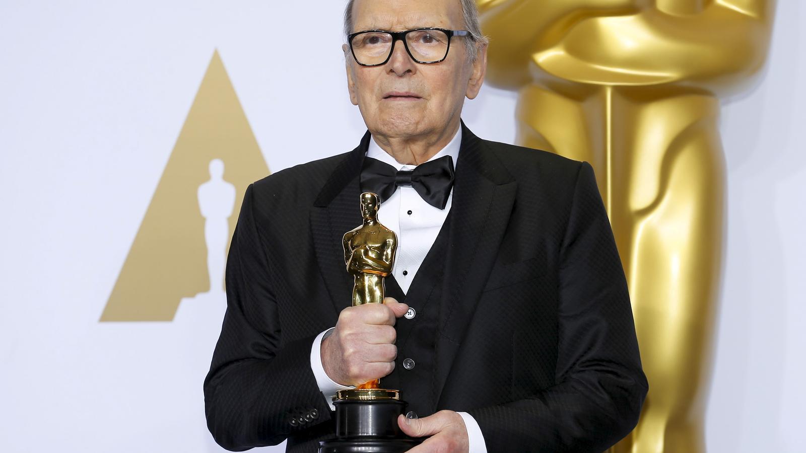 Ennio Morricone amb l'Oscar que va guanyar per la banda sonora d''Els odiosos vuit'