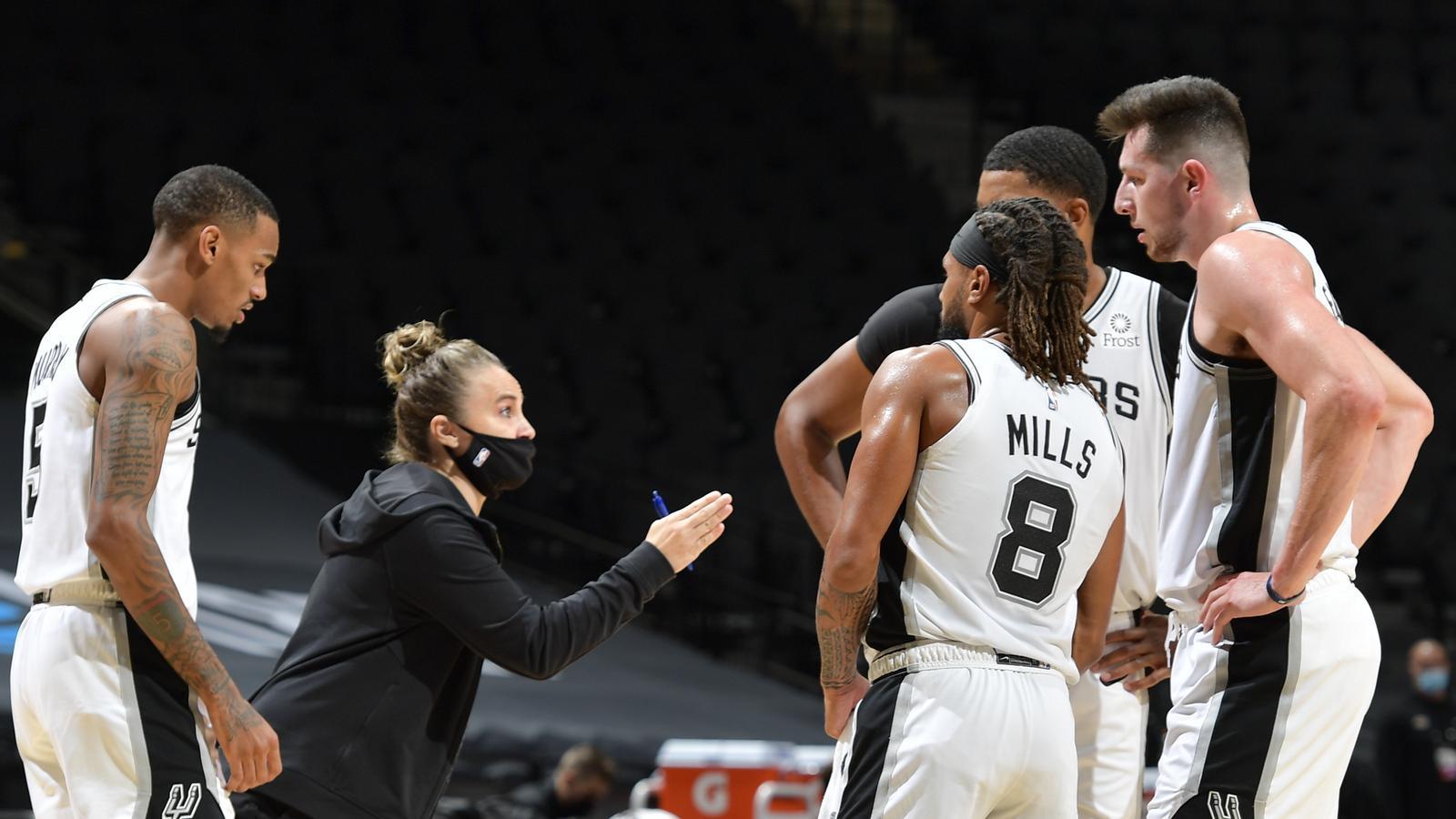 Becky Hammon donant instruccions a jugadors dels Spurs.