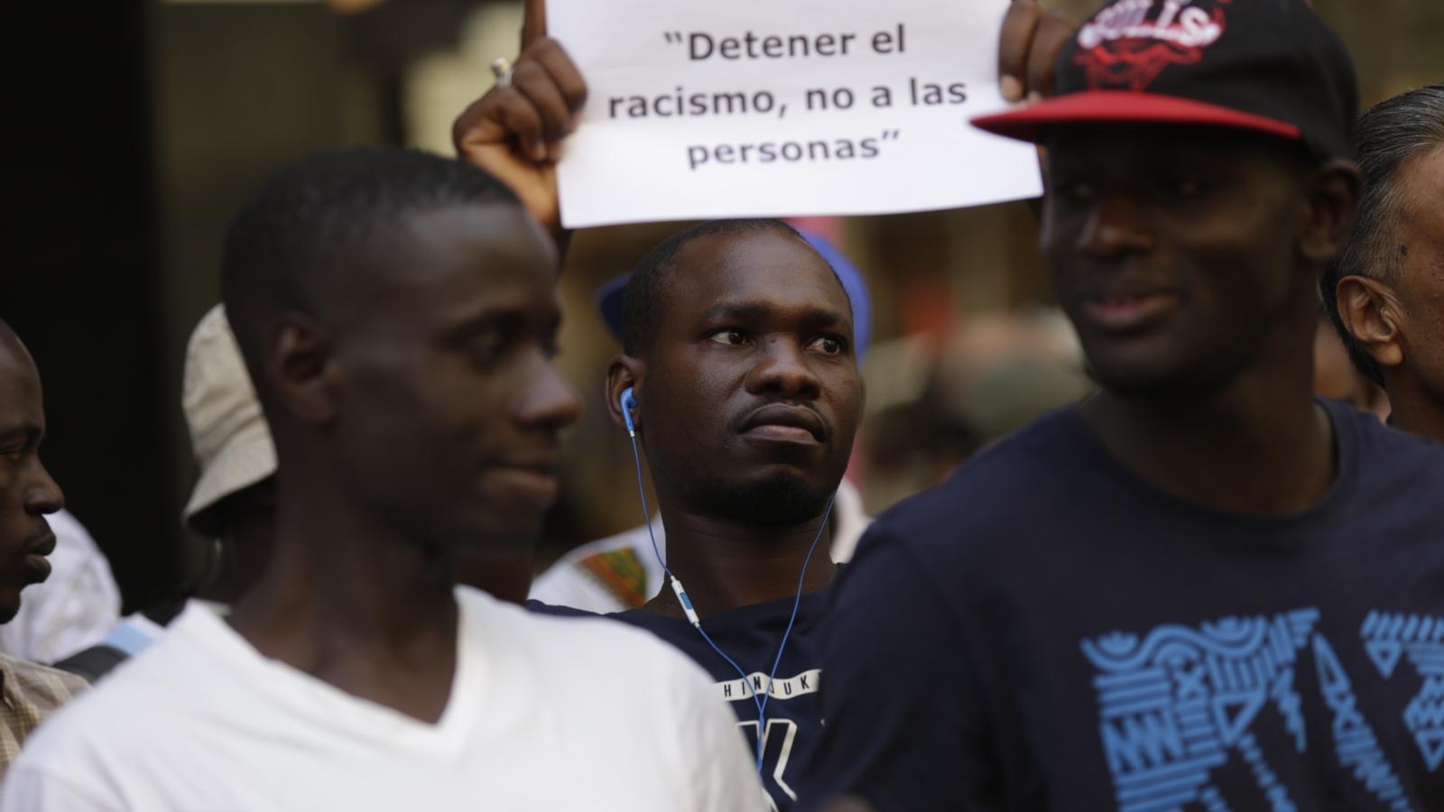 Un dels manifestants demana llibertat per un company