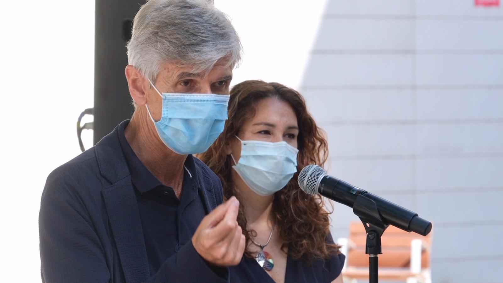 El secretari de Salut Publica, Josep Maria Argimon, i la tinent d'alcalde Laura Pérez aquest matí al barri barceloní de Torre Baró