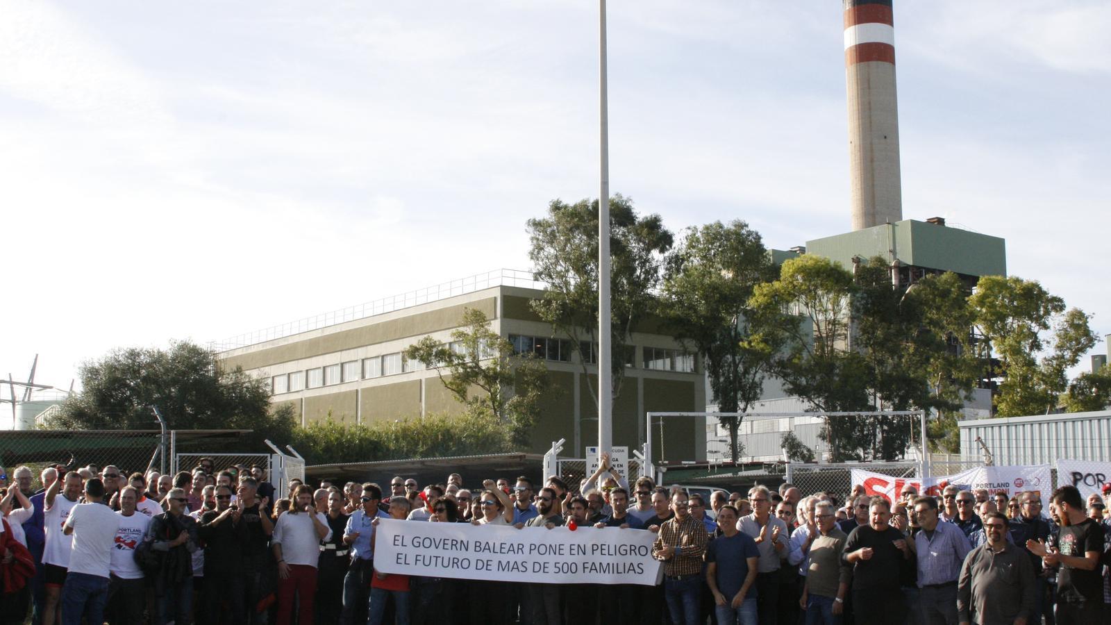 Els treballadors s'han manifestat davant l'accés principal a la central tèrmica.