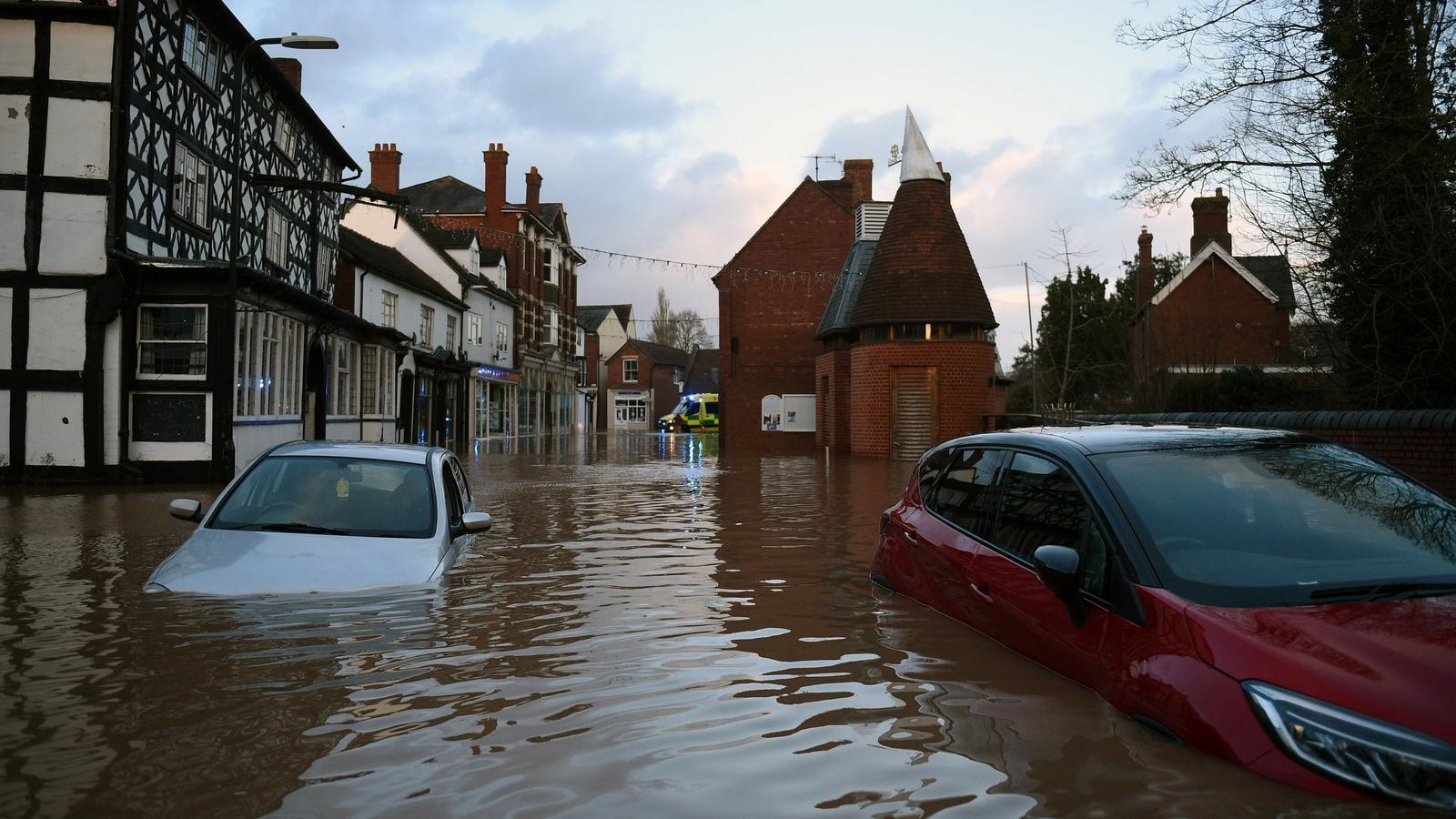 El poble de Tenbury Wells, a Gal·les, inundat després del desbordament del riu Teme