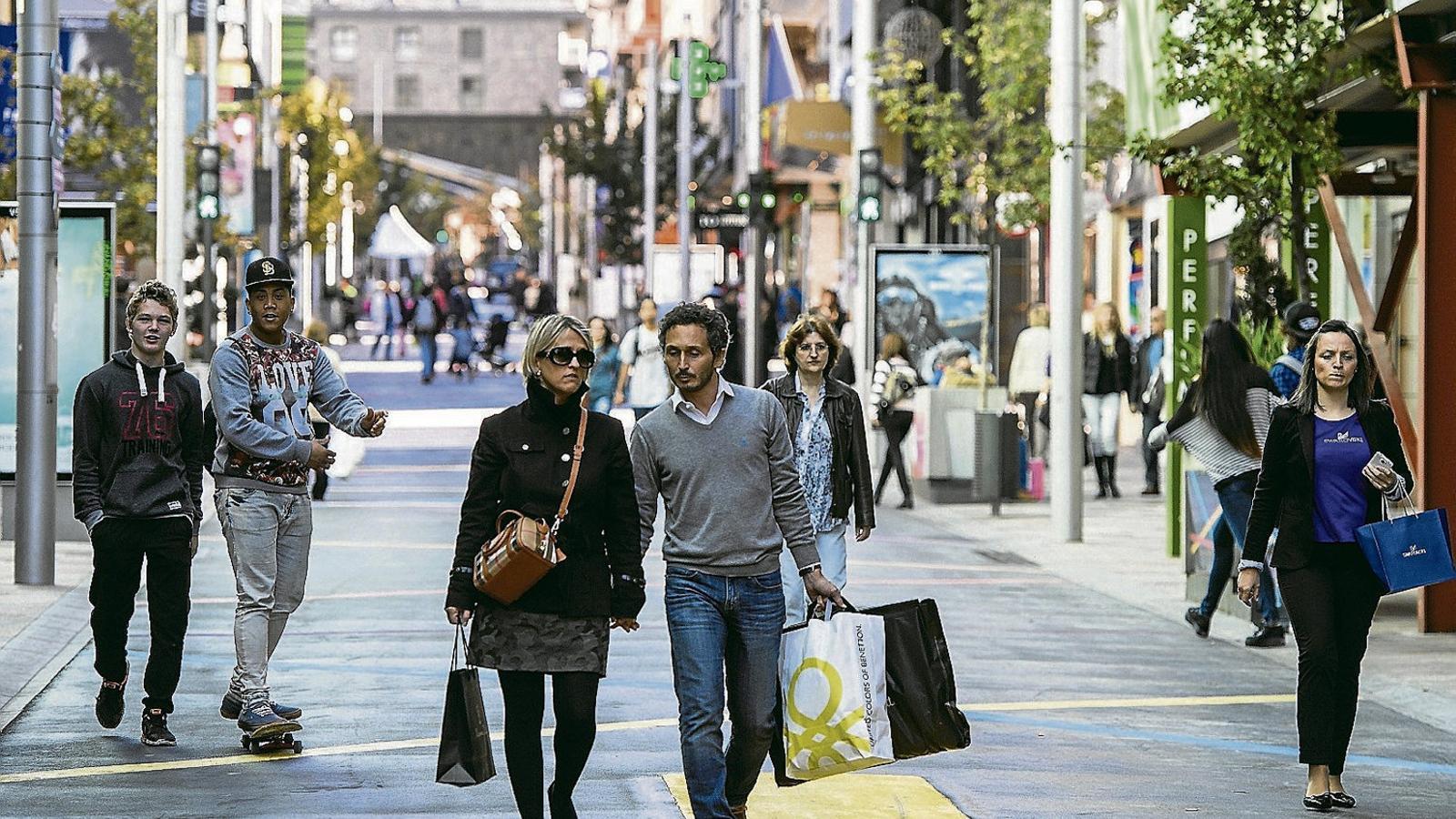 Andorra tem que seguir aplicant el roaming perjudiqui el turisme, i també els seus ciutadans quan surten del país, i per això negocia amb les operadores espanyoles. A la imatge, gent passejant per l'avinguda Carlemany, a Escaldes-Engordany.