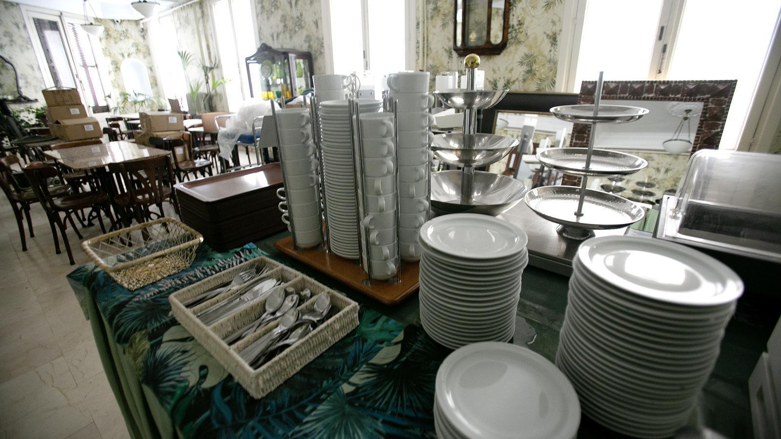 Al menjador de l'hotel ja està tot preparat, amb plats, tasses i coberts, perquè els clients esmorzin