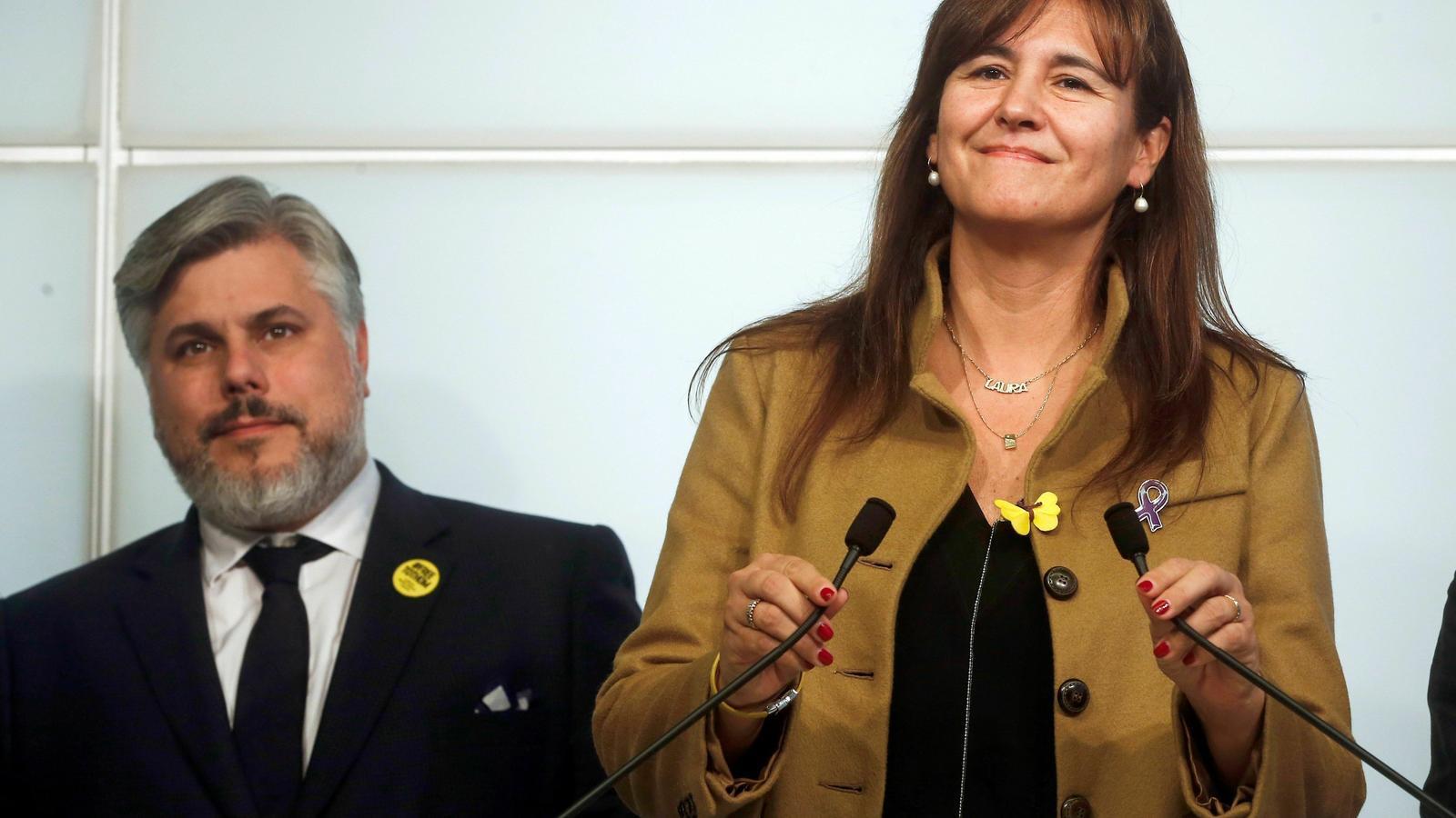 La portaveu de JxCat al Congrés, Laura Borràs, acompanyada del president del mateix grup parlamentari, Albert Batet durant una roda de premsa