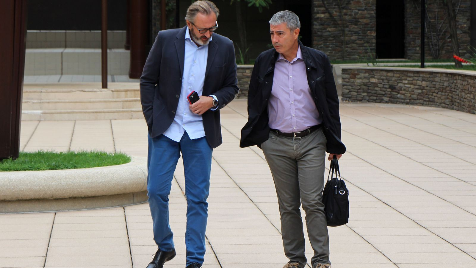 Higini Cierco i Joan Pau Miquel conversen abans d'entrar a la sala del judici. / C.G. (ANA)