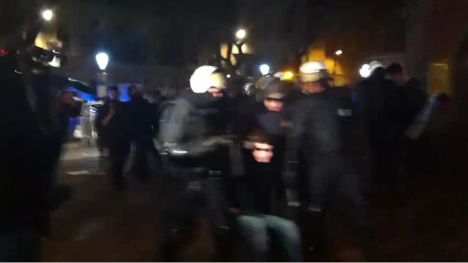 Desallotjament dels joves a la plaça Vila de Gràcia