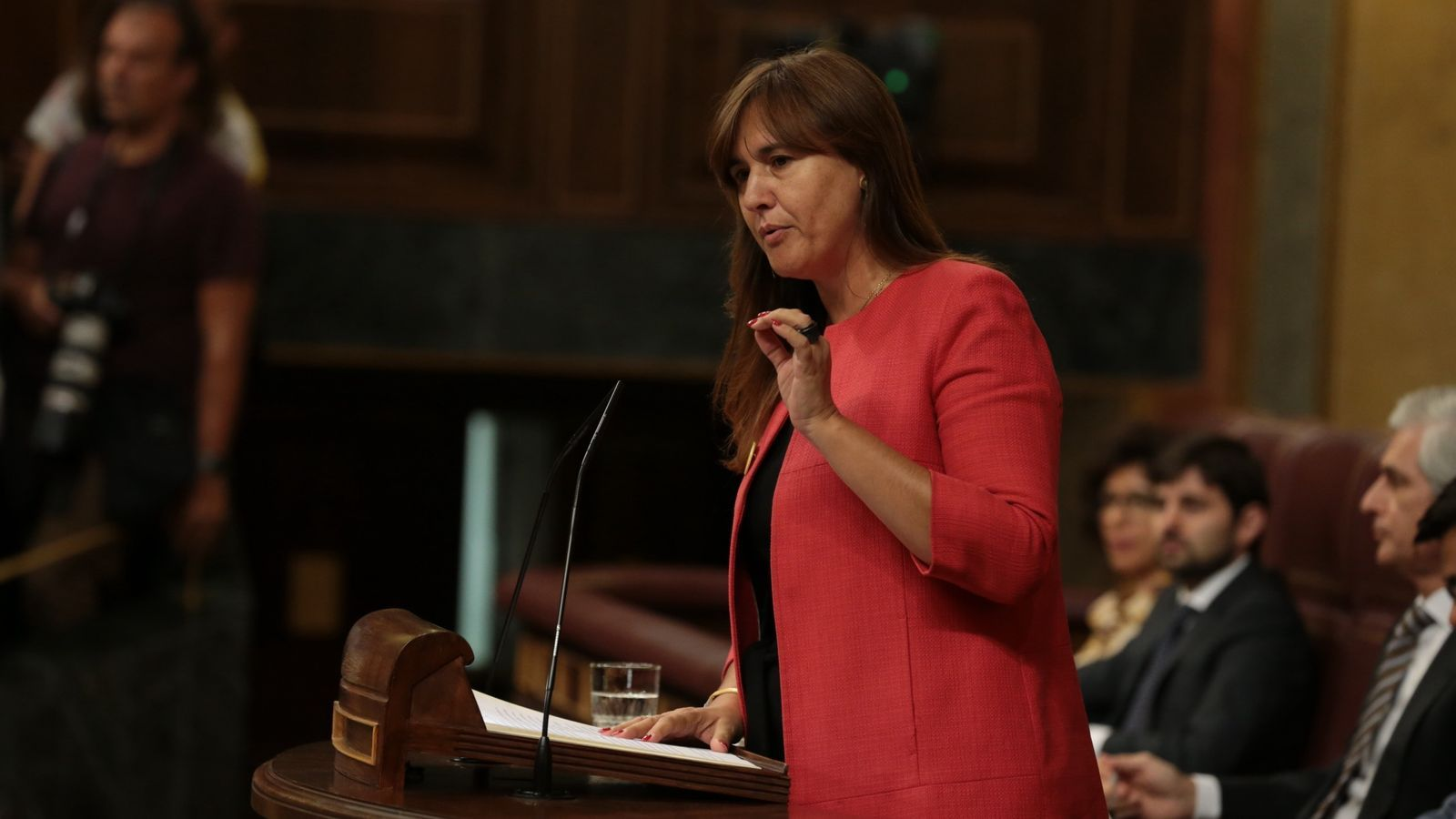 La diputada de JxCat Laura Borràs des de l'atri del Congrés.