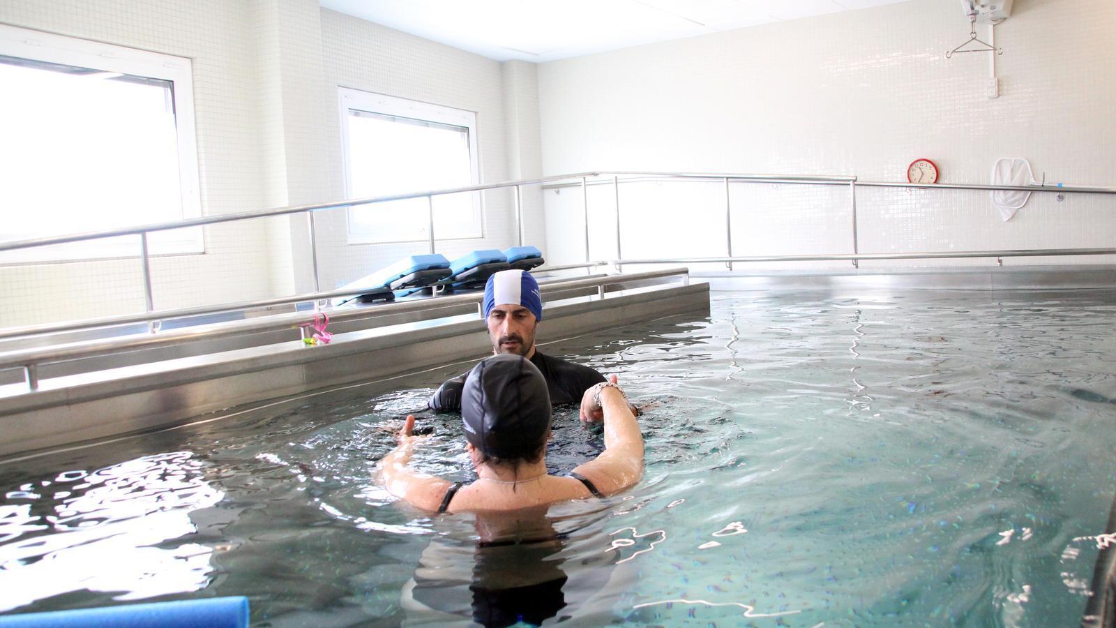Una usuària a la piscina del Servei de Rehabilitació del SAAS. / C. G.