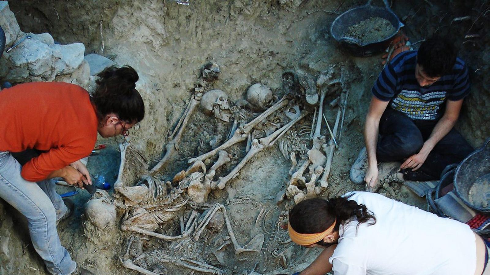 La fossa comuna de Gurb, on hi ha enterrades quatre persones, es va exhumar el 2008 i, de moment, amb l'ADN només s'ha identificat un soldat.