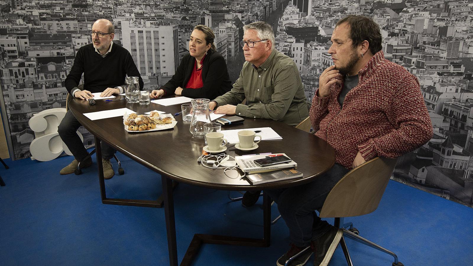 Antoni Bassas, els subscriptors Mònica Tornadijo i Joan Carbonell, i David Fernàndez ahir al plató de l'ARA.