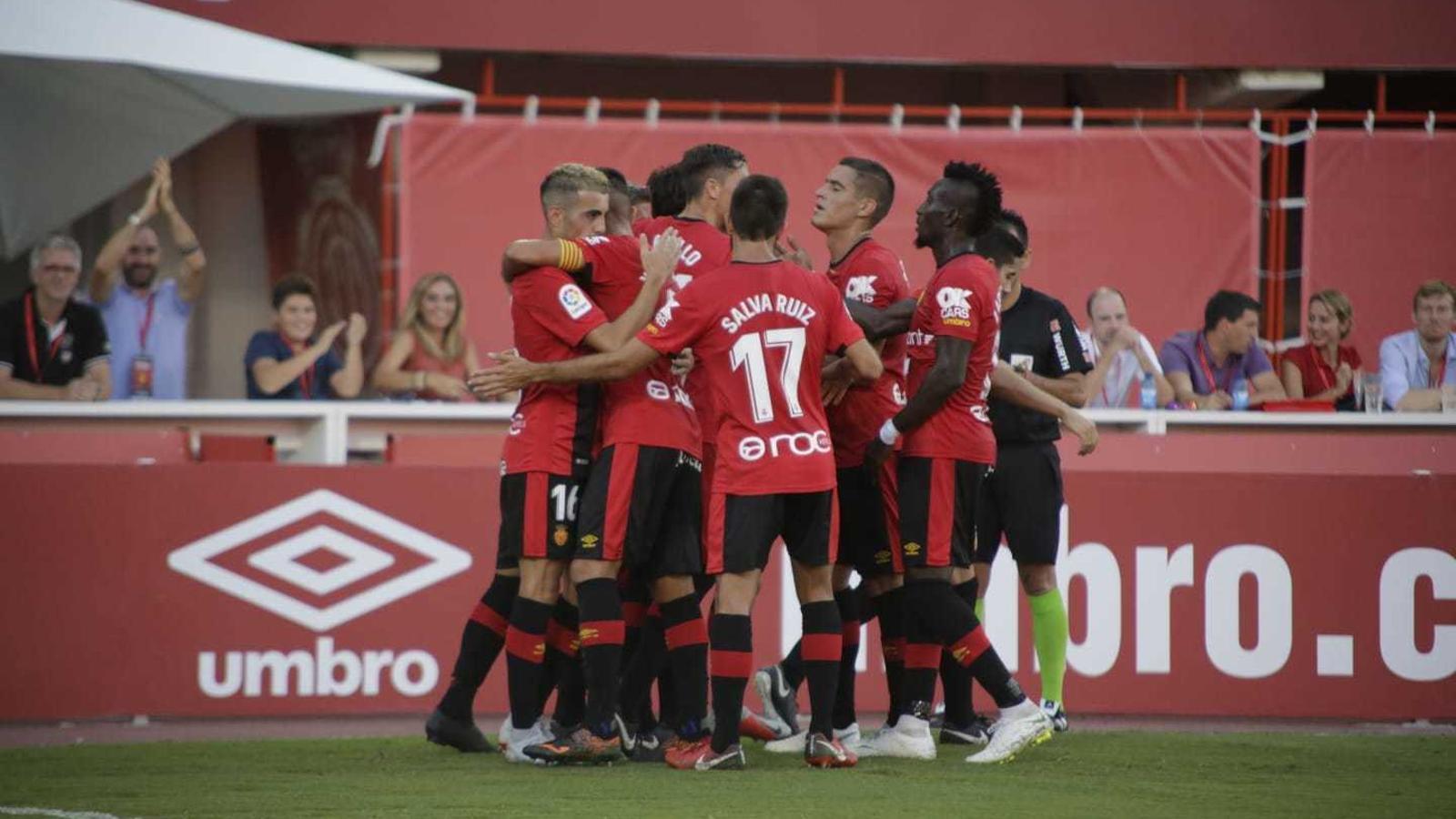 Els jugadors del Mallorca celebrant el gol de la victòria.