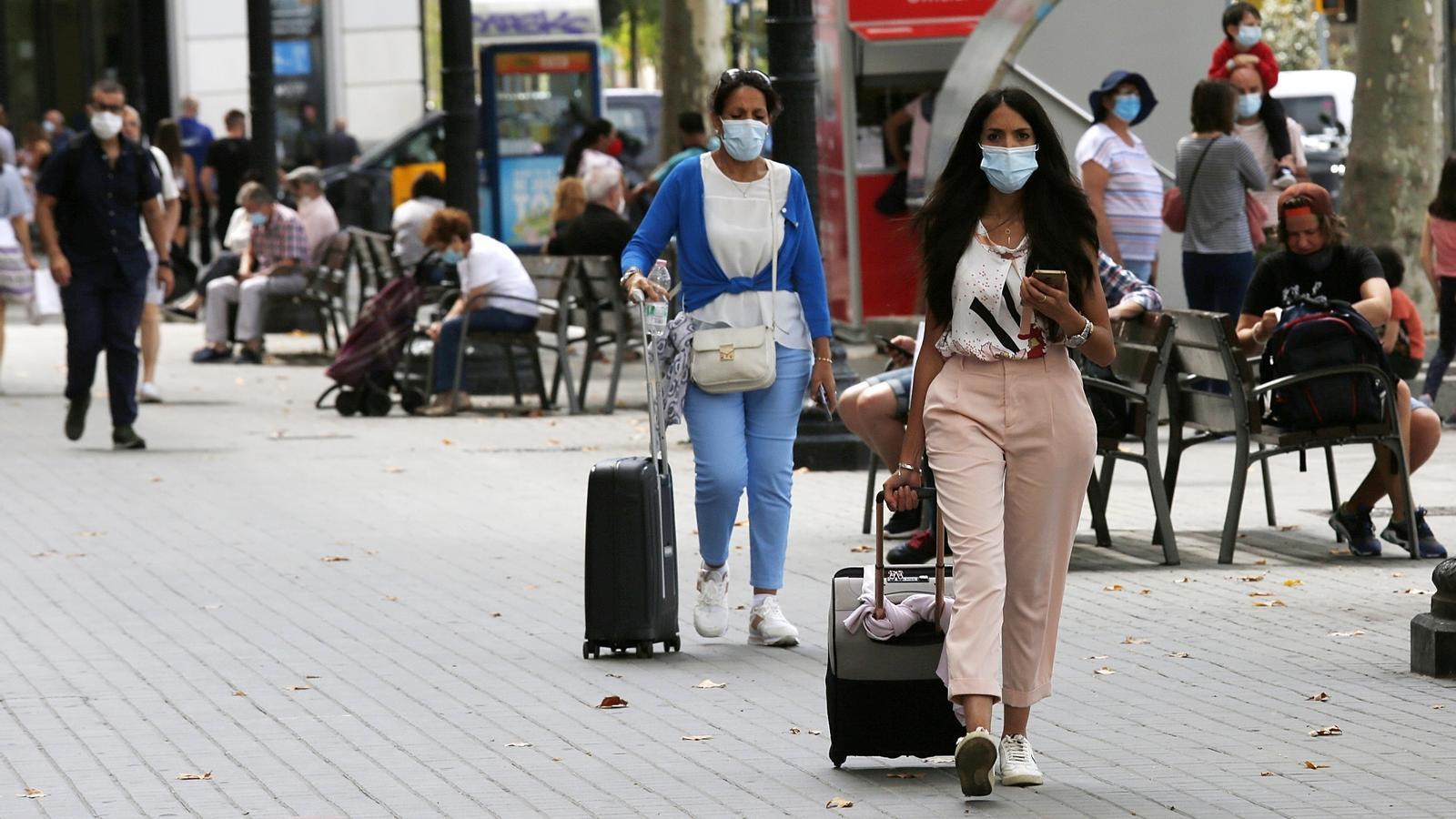 Gent passejant amb mascareta per Barcelona aquest dijous