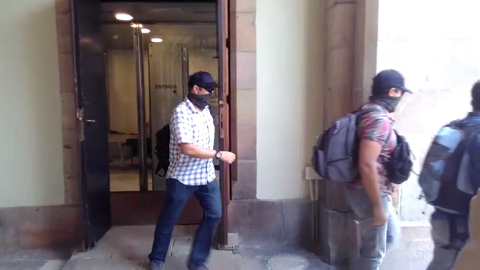Agents de la Guàrdia Civil marxen del Parlament