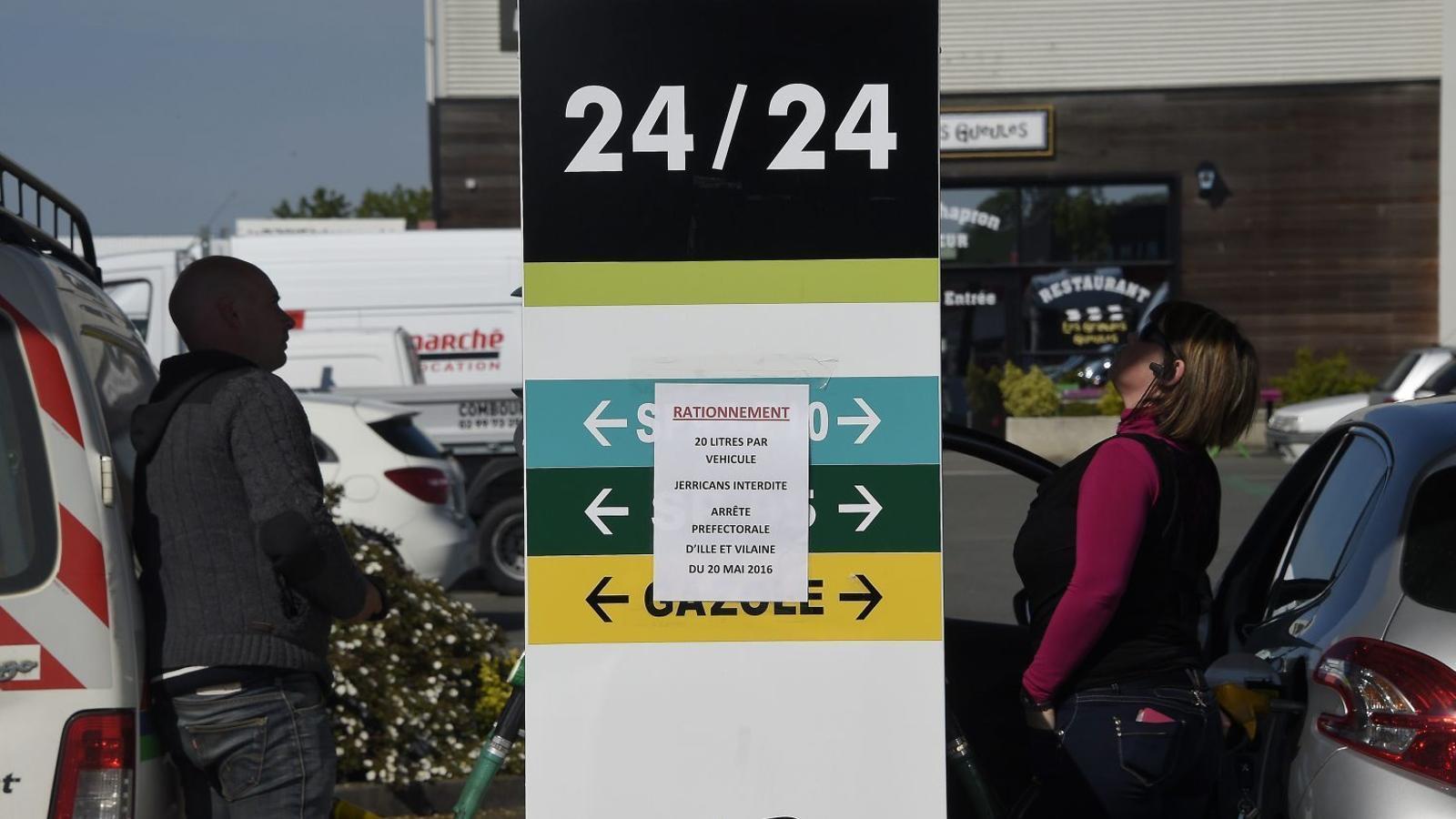 La protesta laboral a França desabasteix les benzineres