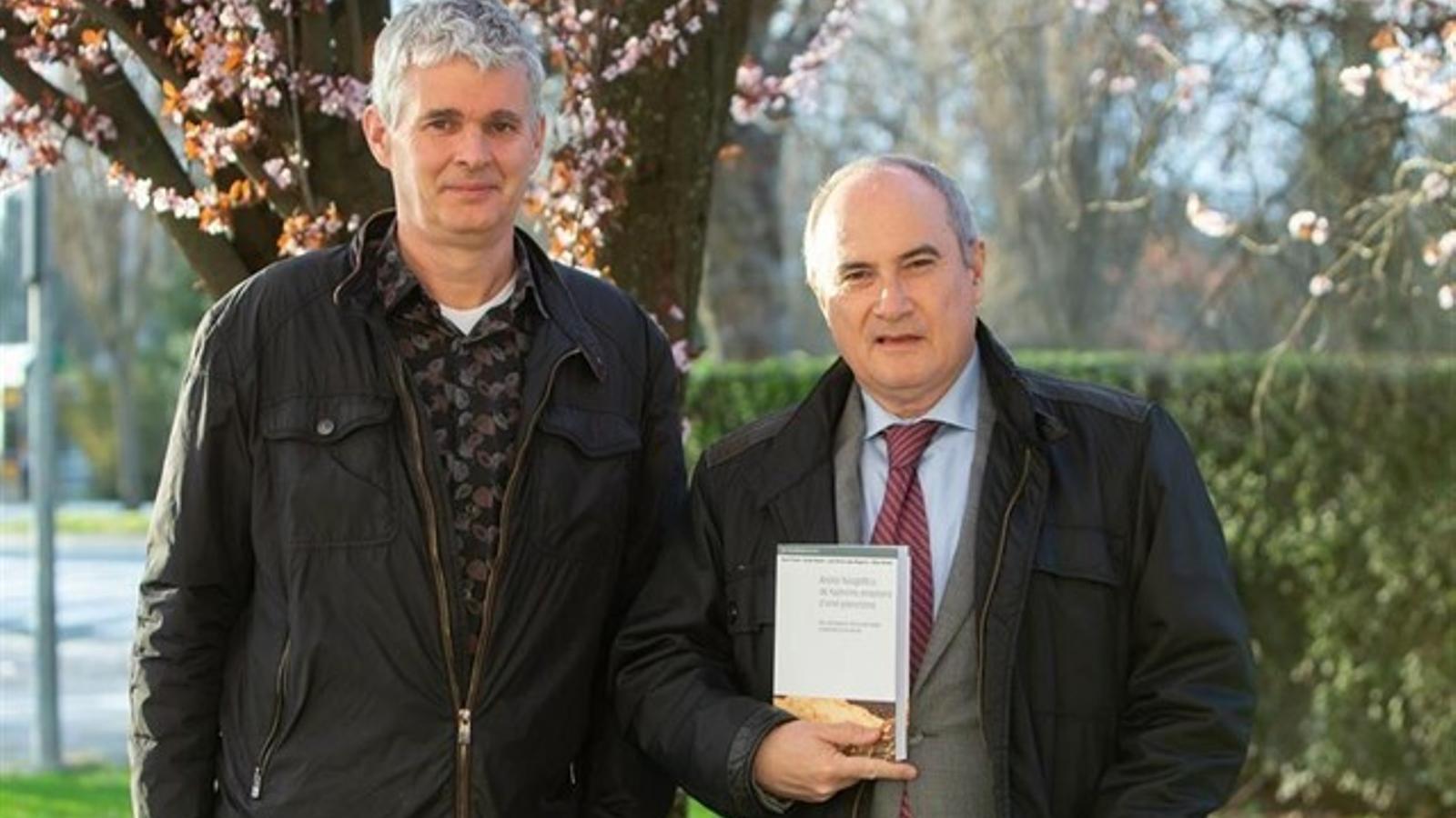 El investigador de la UPNA Juan Karlos Lopez-Mugartza y el filólogo Mikel Belasko. / UPNA