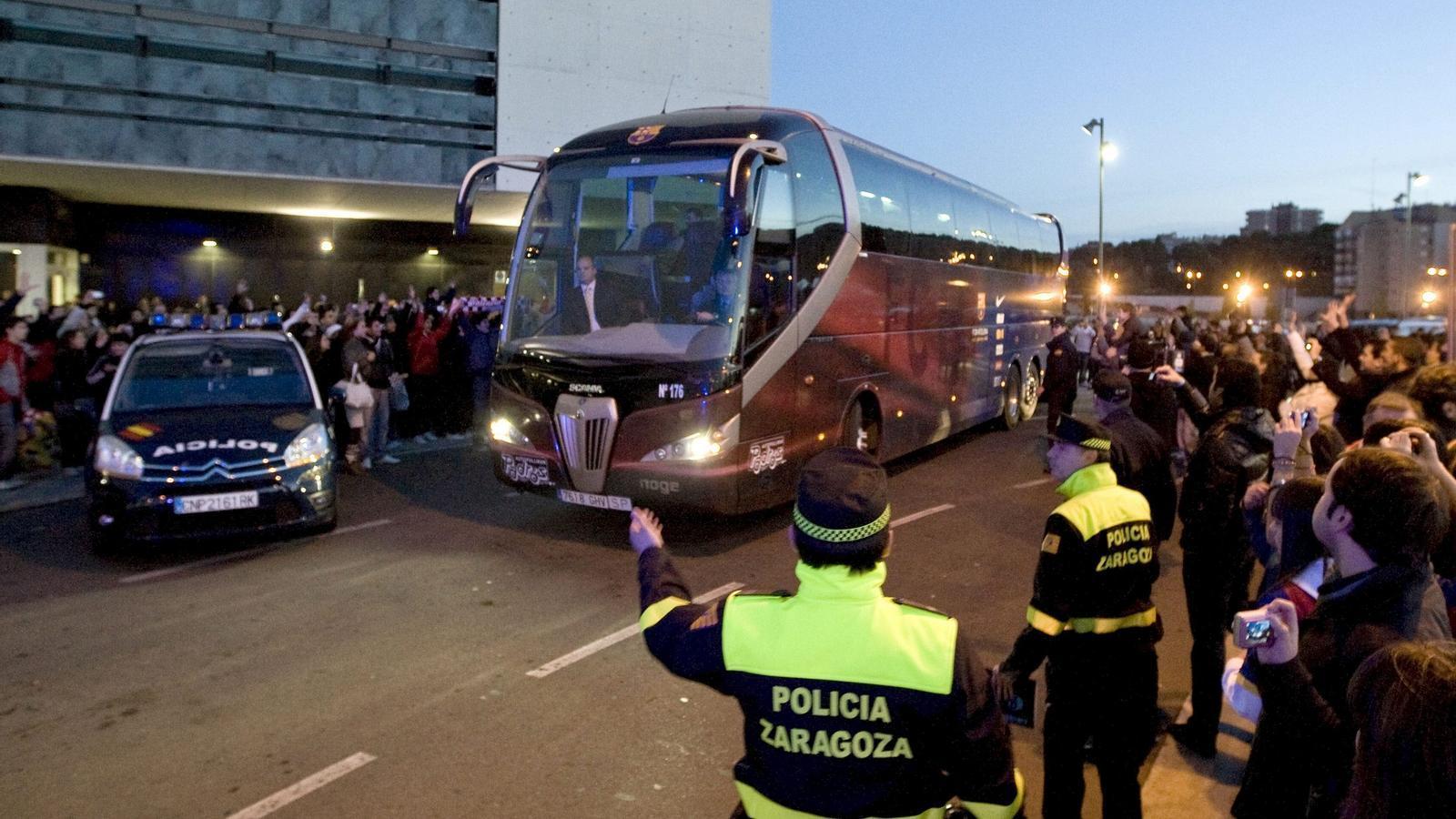L'autobús del Barça sortint de l'estació de l'AVE de Saragossa en direcció cap a Pamplona. Foto: EFE