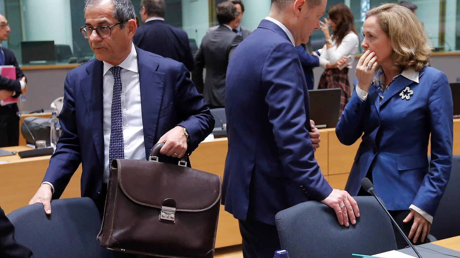 El ministre alemany de Finances, Olaf Scholz, conversant amb la ministra Nadia Calviño.