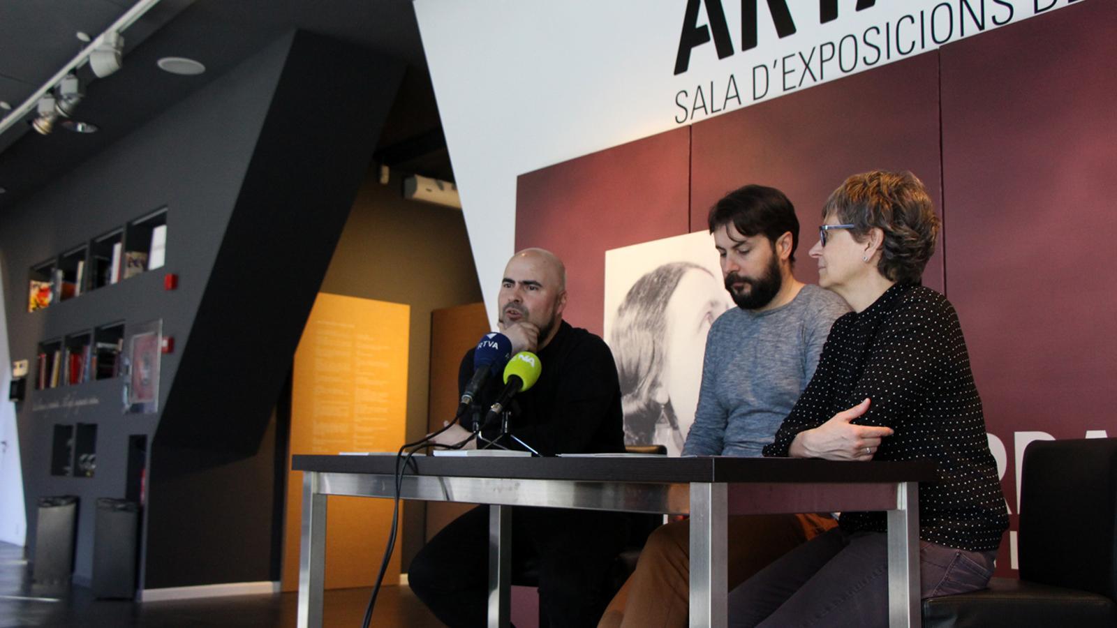 El director artístic de l'ENA, Joan Hernández; el director artístic de l'obra, Juanma Casero, i la cap d'àrea d'Arxius i Gestió de documents, Susanna Vela, durant la presentació d''Andorra'. / T. N. (ANA)