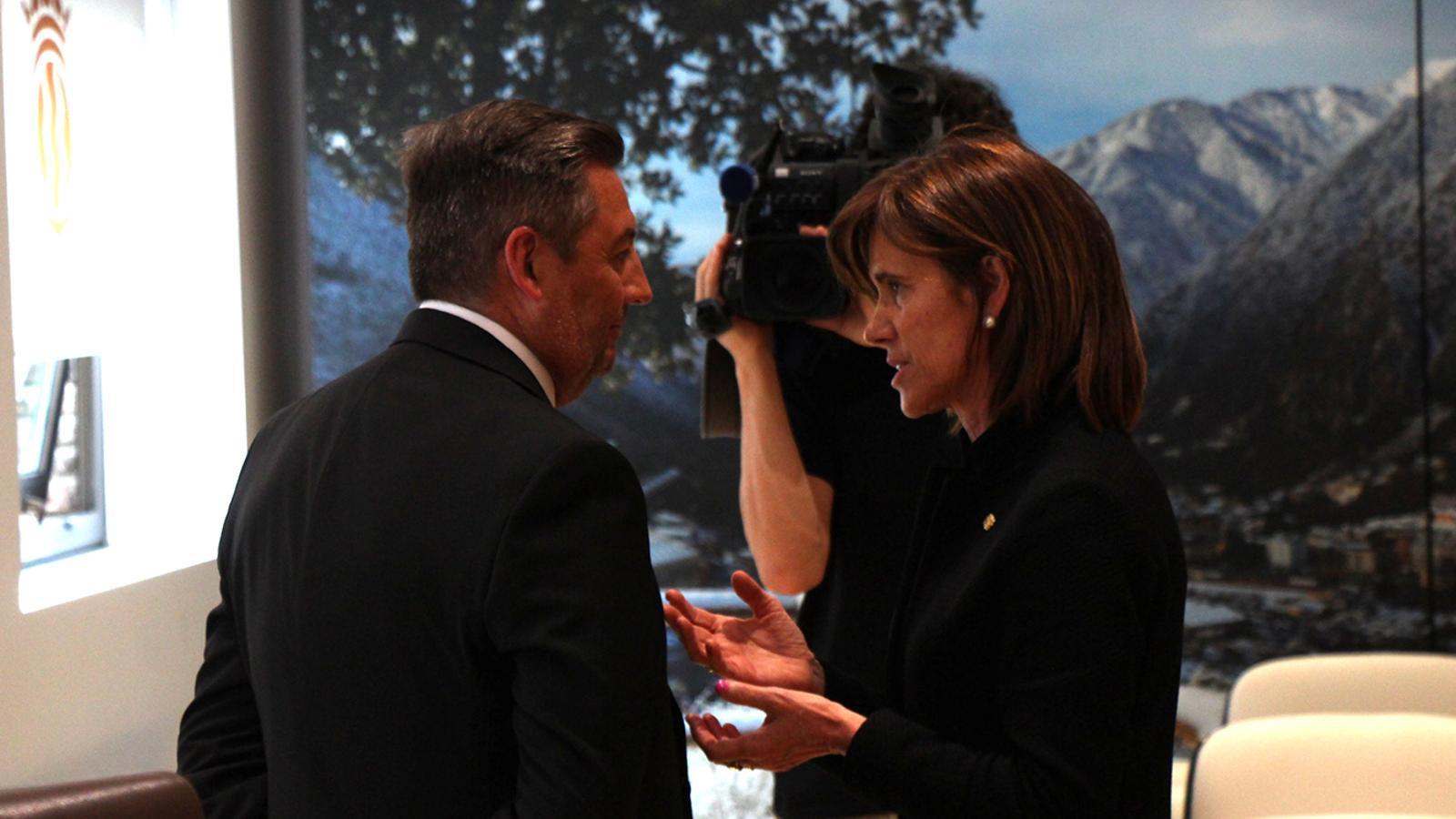 El nou conseller de Social del comú d'Andorra la Vella, Carles Areny, amb la seva predecessora, Ester Vilarrubla. / M. F. (ANA)