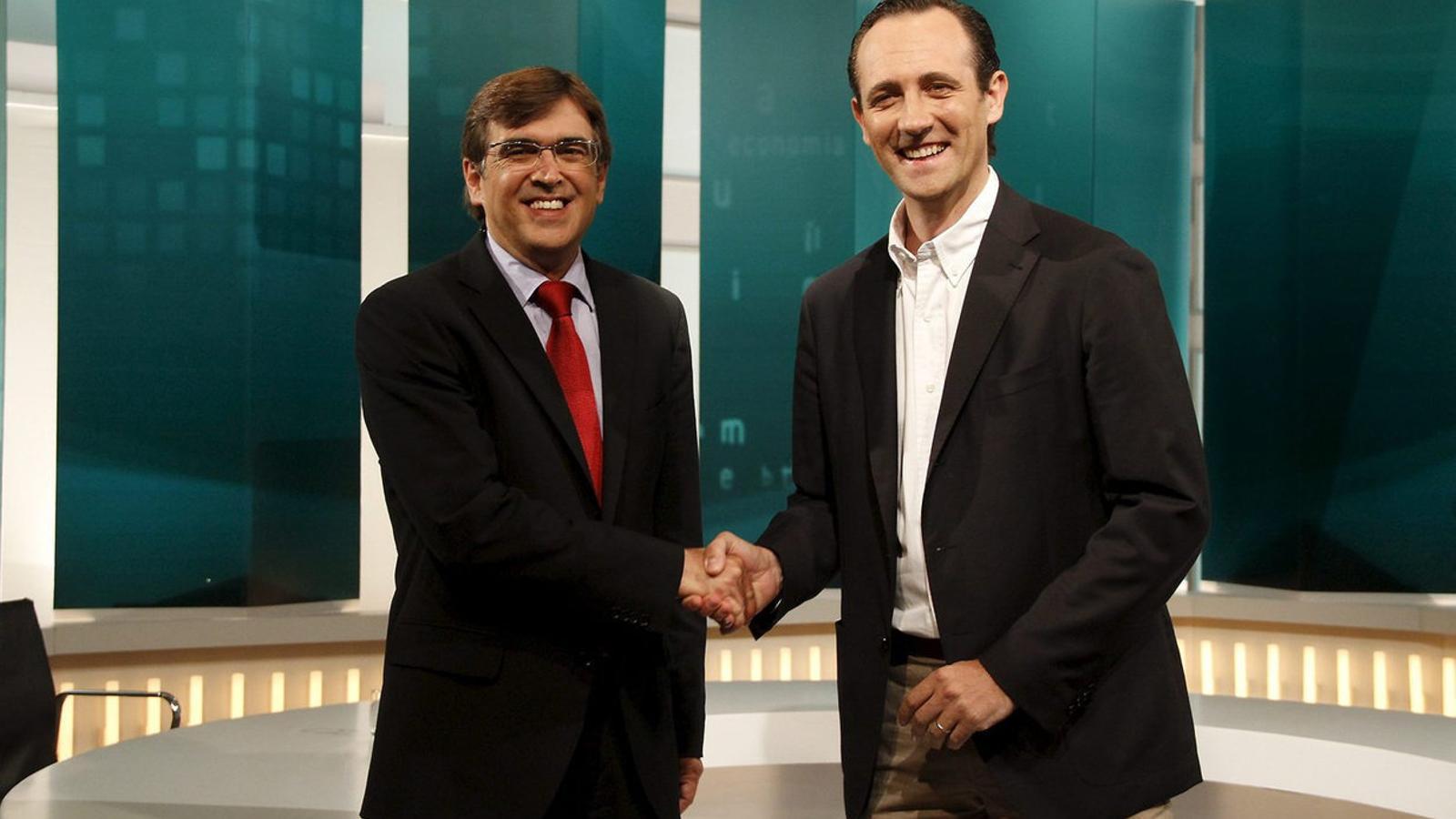 Els expresidents Francesc Antich i José Ramón Bauzá es donen la mà en una imatge d'arxiu.