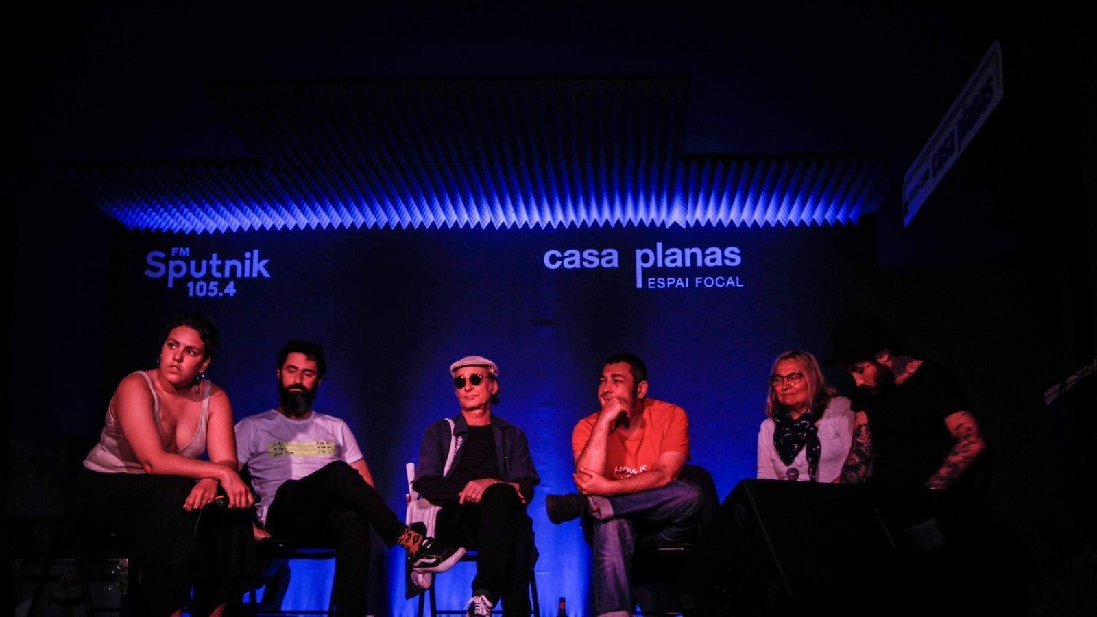 Els artistes en un moment del debat
