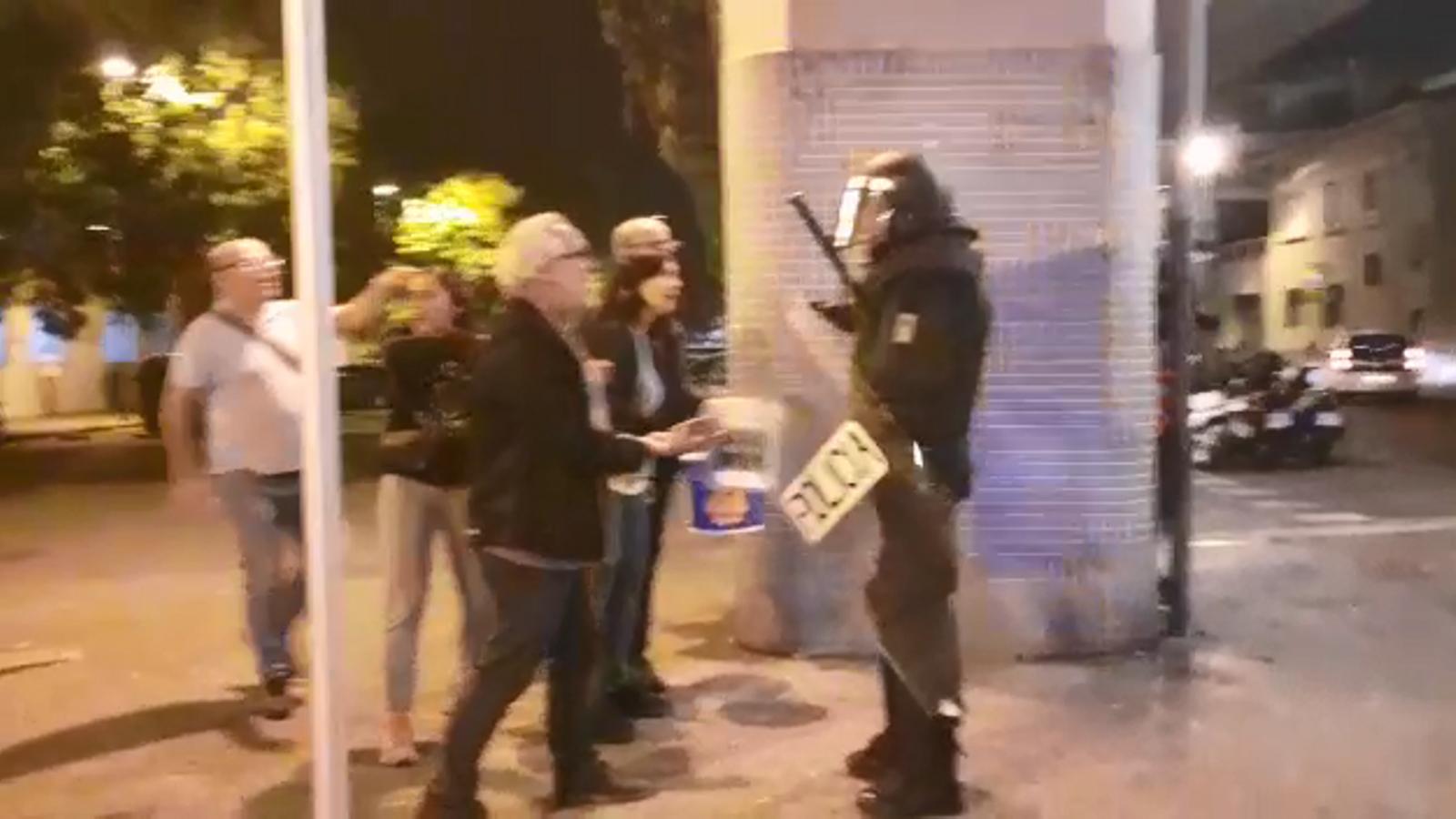 La policia s'emporta un manifestant que apagava un foc / ARA