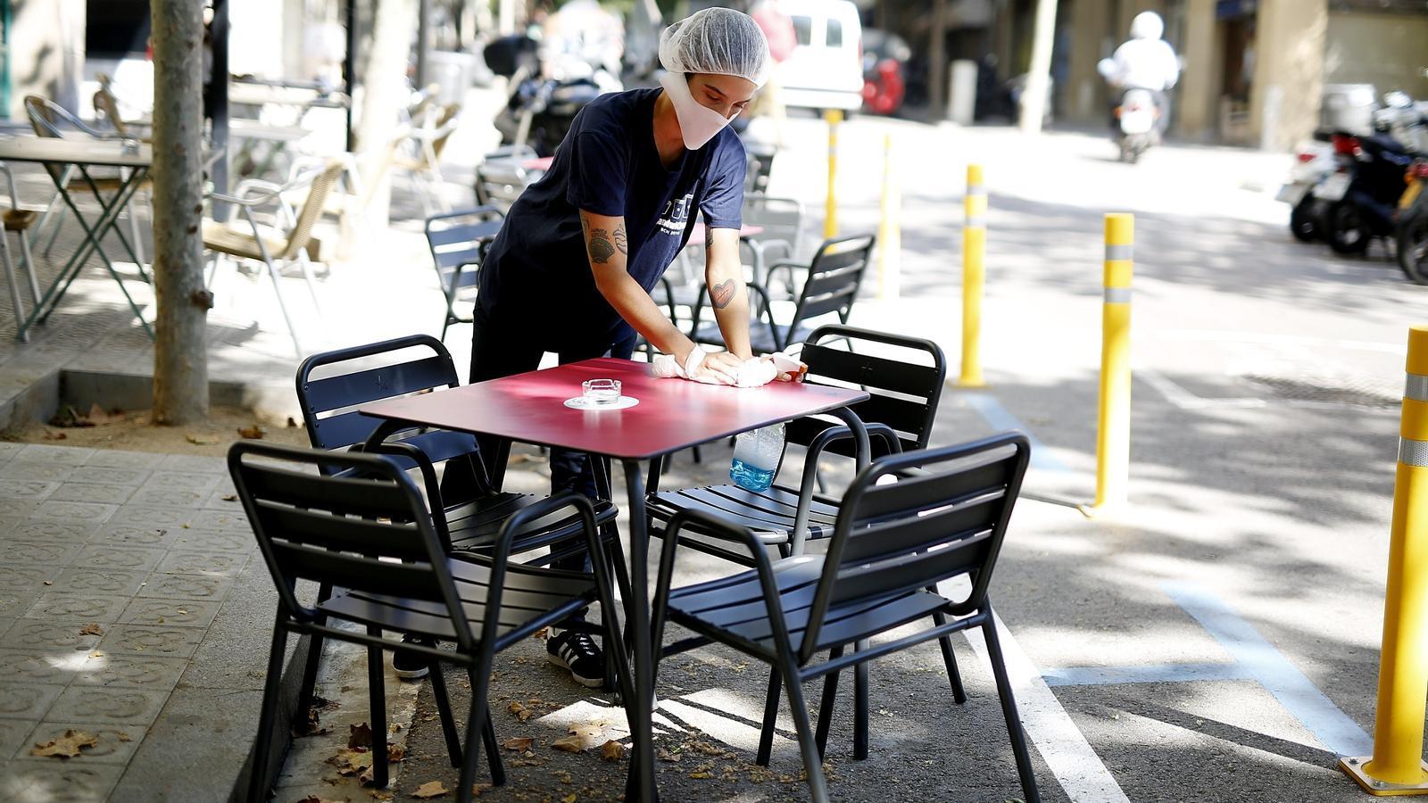 Una terrassa sobre la calçada al carrer Amigó de Barcelona