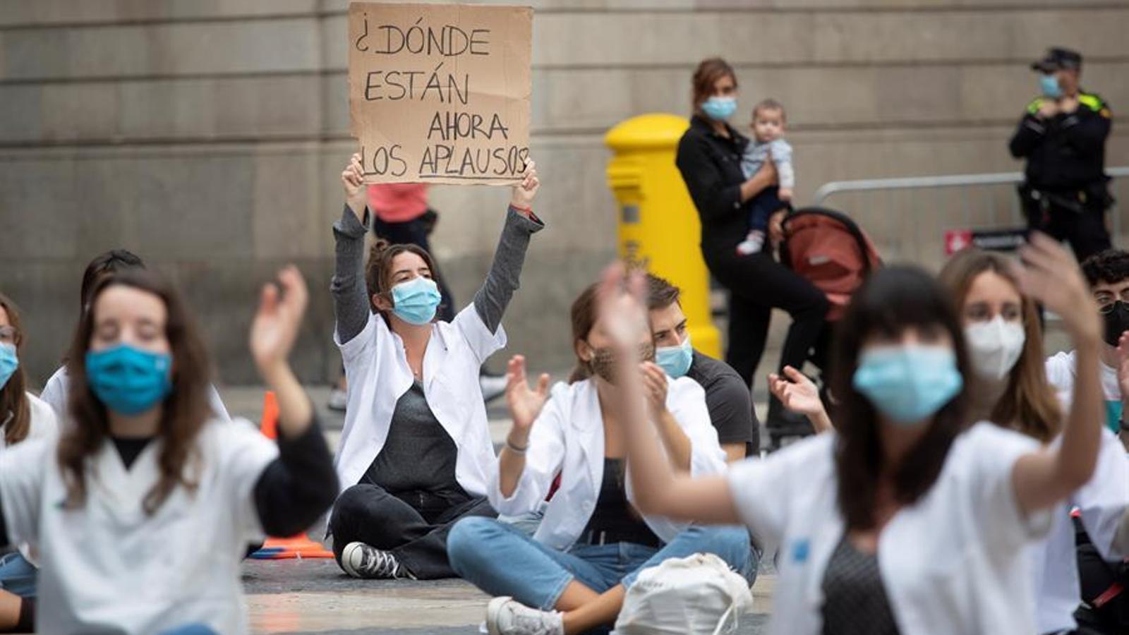 Protesta dels MIR a la plaça de Sant Jaume de Barcelona per exigir millores laborals