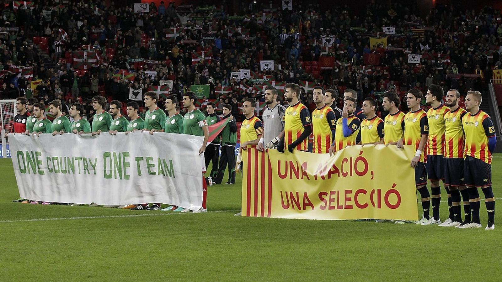 Els jugadors d'Euskadi i Catalunya van saltar a la gespa amb pancartes que reclamaven l'oficialitat de les seleccions nacionals.